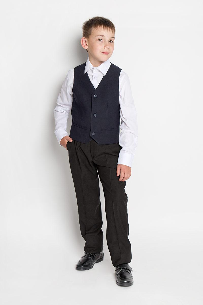 Жилет для мальчика Orby School, цвет: темно-синий. 64183_OLB, вариант 2. Размер 146, 10-11 лет64183_OLBКлассический жилет для мальчика Orby School идеально подойдет для школы. Изготовленный из высококачественной костюмной ткани, он необычайно мягкий и приятный на ощупь, не сковывает движения малыша и позволяет коже дышать, не раздражает даже самую нежную и чувствительную кожу ребенка, обеспечивая ему наибольший комфорт. На подкладке используется гладкая подкладочная ткань. Жилет классического кроя с V-образным вырезом горловины спереди застегивается на пуговицы и дополнен имитацией двух прорезных кармашков. Для удобства на спинке предусмотрен хлястик для регулировки изделия. Простой по крою жилет хорошо смотрится на любой фигуре и гармонично сочетается с галстуками и бабочками, пиджаками, брюками и джинсами. Являясь важным атрибутом школьной моды, стильный жилет подчеркивает деловой имидж ученика, придавая ему уверенность.