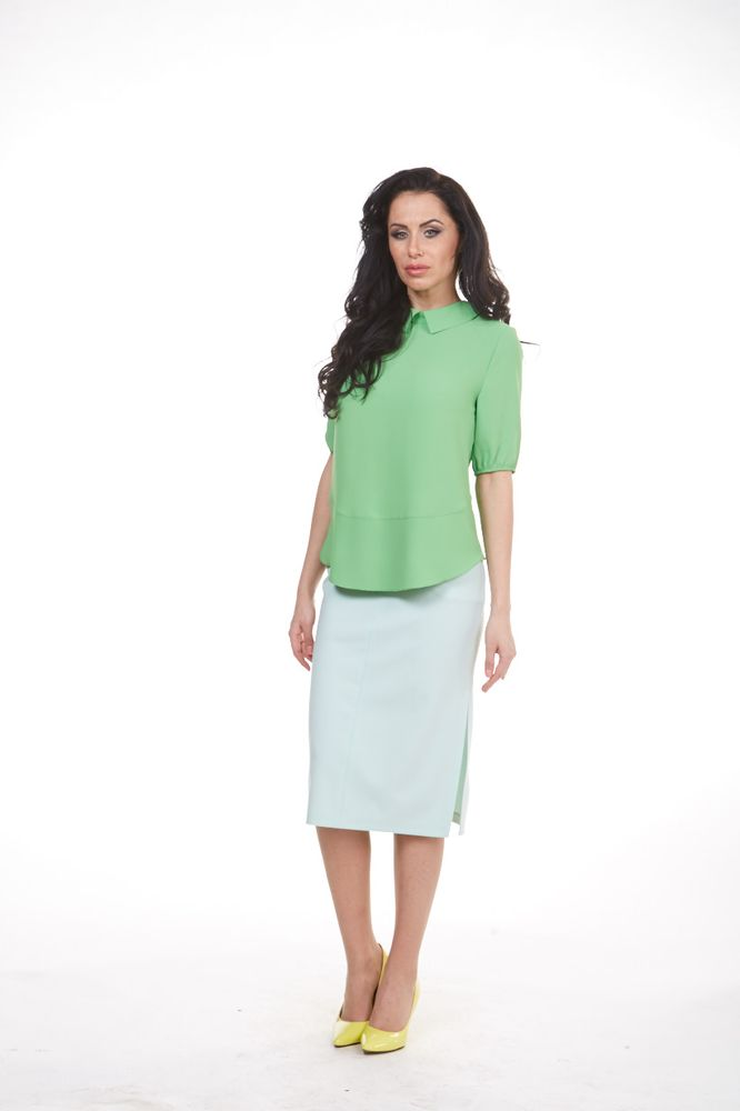 Блуза женская Krisna, цвет: зеленый. 4-905-52. Размер 504-905-52Женская блузка Krisna выполнена из высококачественного комбинированного материала. Модель с отложным воротником и короткими рукавами застегивается на пуговицы сзади. Перед блузки немного удлинен.