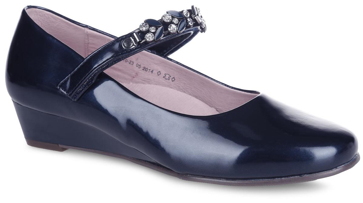 Туфли для девочки Котофей, цвет: темно-синий. 633010-23. Размер 35633010-23Прелестные туфли от Котофей очаруют вашу девочку с первого взгляда! Модель выполнена из искусственной лакированной кожи. Ремешок с застежкой-липучкой, оформленный металлическим элементом со стразами, надежно зафиксирует ножку ребенка. Внутренняя поверхность из натуральной кожи не натирает. Стелька из материала ЭВА с поверхностью из натуральной кожи дополнена супинатором, который обеспечивает правильное положение стопы ребенка при ходьбе и предотвращает плоскостопие. Перфорация на стельке позволяет ногам дышать. Подошва дополнена небольшой танкеткой. Рифленая поверхность подошвы обеспечивает отличное сцепление с любой поверхностью. Стильные туфли - незаменимая вещь в гардеробе каждой девочки!
