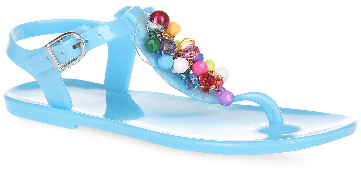 Сандалии для девочки Kapika, цвет: голубой. 83075. Размер 3083075Оригинальные сандалии от Kapika заинтересуют вашу девочку своим дизайном. Модель изготовлена из полимерного материала и оформлена в области подъема роскошной аппликацией из разноцветных бусин, дополненной декоративными металлическими элементами. Ремешок с закругленной металлической пряжкой и дополнительной поддержкой пяточной части прочно зафиксируют модель на щиколотке. Длина ремешка регулируется за счет болта. Верхняя поверхность подошвы дополнена названием бренда. Рельефное снование подошвы обеспечивает уверенное сцепление с любой поверхностью. Удобные сандалии прекрасно подойдут для похода в бассейн или на пляж, а также внесут изюминку в модный образ вашей дочурки.