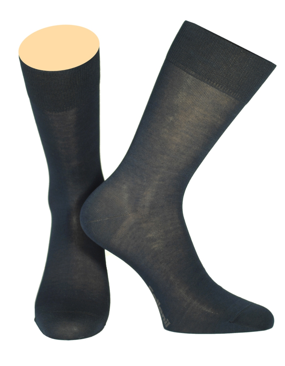 Носки мужские Collonil, цвет: темно-синий. 150/18. Размер 44/46150/18Мужские носки Collonil изготовлены из высококачественного шелка с добавлением хлопка. Материал изделия обеспечивает великолепную посадку на ноге. Шелк обладает исключительными свойствами терморегуляции, он охлаждает когда жарко и держит тепло, когда температура начинает падать. Удлиненная широкая резинка идеально облегает ногу. Носки отличаются элегантным внешним видом. Носки станут отличным дополнением к вашему гардеробу!