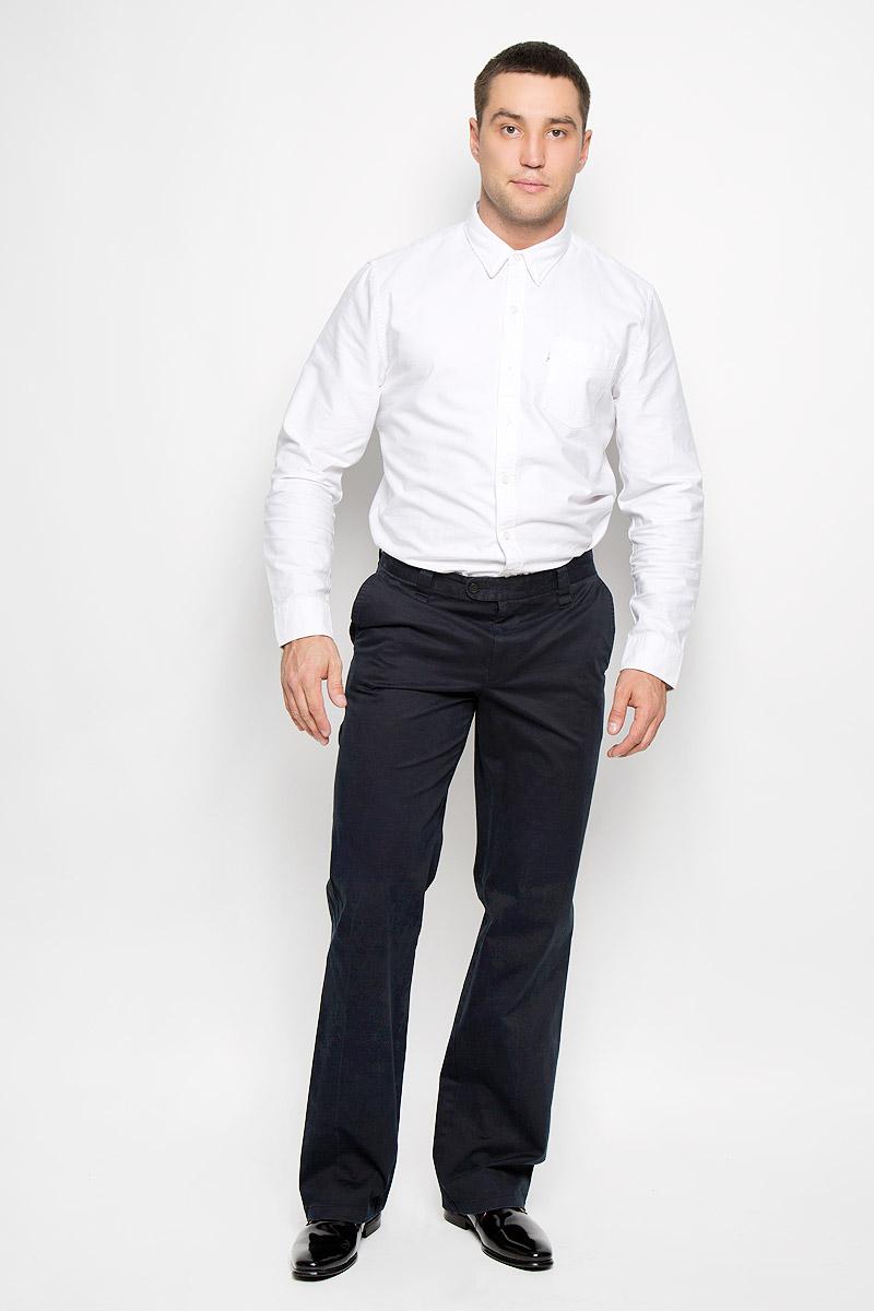 Брюки мужские BTC Modern, цвет: темно-синий. 12.013554. Размер 46-18212.013554Мужские брюки BTC Modern, выполненные из хлопка с добавлением лайкры, займут достойное место в вашем гардеробе. Ткань изделия мягкая, тактильно приятная, хорошо пропускает воздух.Брюки прямого кроя застегиваются на пуговицы в поясе и имеют ширинку на застежке-молнии. На брюках предусмотрены шлевки для ремня. Спереди модель дополнена двумя втачными карманами со скошенными краями, а сзади - двумя прорезными карманами на пуговицах. Высокое качество кроя и пошива, актуальный дизайн придают изделию неповторимый стиль и индивидуальность. Брюки станут стильным дополнением к вашему образу!