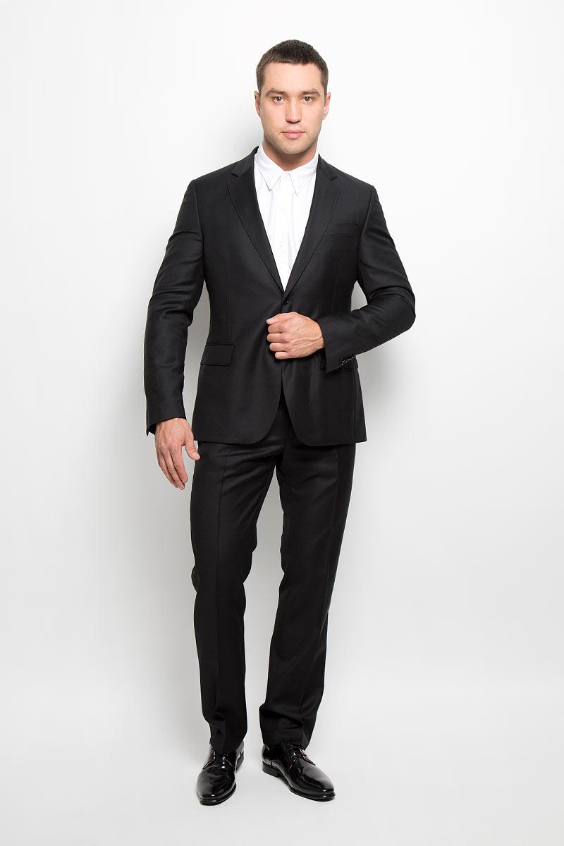 Костюм мужской BTC Modern: пиджак, брюки, цвет: черный. 12.015323. Размер 54-18212.015323Мужской костюм BTC Modern, выполненный из 100% шерсти, займет достойное место в вашем гардеробе. Костюм состоит из пиджака и брюк. Ткань изделия гладкая, тактильно приятная. Подкладка модели изготовлена из комбинации вискозы и полиэстера.Пиджак с длинными рукавами и отложным воротником с лацканами застегивается на две пуговицы. Модель оснащена прорезным карманом на груди и двумя прорезными карманами с клапанами в нижней части изделия. С внутренней стороны находятся четыре прорезных кармана, один из которых застегивается на пуговицу. На рукавах имеются застежки-пуговицы. Спинка дополнена двумя шлицами.Брюки со стрелками застегиваются на крючок и пуговицы в поясе и имеют ширинку на застежке-молнии. На брюках предусмотрены шлевки для ремня. Спереди модель дополнена двумя втачными карманами со скошенными краями, а сзади -двумя прорезными карманами на пуговицах. Высокое качество кроя и пошива, актуальный дизайн и расцветка придают изделию неповторимый стиль и индивидуальность. Такой костюм идеально подойдет для стильных мужчин, следящих за последними трендами.