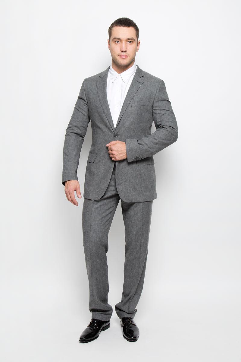 Пиджак мужской BTC Modern, цвет: серый. 12.015679. Размер 52-18812.015679Стильный мужской пиджак BTC Modern изготовлен из высококачественного материала, обеспечивающего комфорт и удобство при носке. Ткань изделия мягкая и тактильно приятная, хорошо пропускает воздух. Подкладка выполнена из полиэстера.Пиджак с длинными рукавами и отложным воротником с лацканами застегивается на две пуговицы. Модель оснащена прорезным карманом на груди и двумя прорезными карманами с клапанами в нижней части изделия. Внутри расположены три прорезных кармана, один из которых застегивается на пуговицу. На спинке предусмотрена центральная шлица. Низ рукавов декорирован пуговицами.Этот модный пиджак станет отличным дополнением к вашему гардеробу!