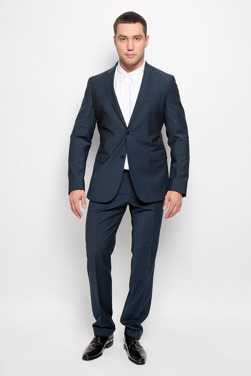 Костюм мужской BTC Modern: пиджак, брюки, цвет: темно-синий. 12.014146. Размер 48-17012.014146Мужской костюм BTC Modern, состоящий из пиджака и брюк, займет достойное место в вашем гардеробе. Костюм изготовлен из высококачественного материала. Ткань изделия гладкая, тактильно приятная. Подкладка модели выполнена из ацетата.Пиджак с длинными рукавами и отложным воротником с лацканами застегивается на две пуговицы. Модель оснащена прорезным карманом на груди и двумя прорезными карманами с клапанами в нижней части изделия. С внутренней стороны находятся четыре прорезных кармана, один из которых застегивается на пуговицу. Низ рукавов декорирован пуговицами. Спинка дополнена центральной шлицей.Брюки со стрелками застегиваются на крючок и пуговицы в поясе и имеют ширинку на застежке-молнии. На брюках предусмотрены шлевки для ремня. Спереди модель дополнена двумя втачными карманами со скошенными краями, а сзади -двумя прорезными карманами на пуговицах. Этот модный и в то же время комфортный костюм - отличный вариант для офиса и торжеств. Такой костюм позволит выглядеть вам элегантно и стильно!