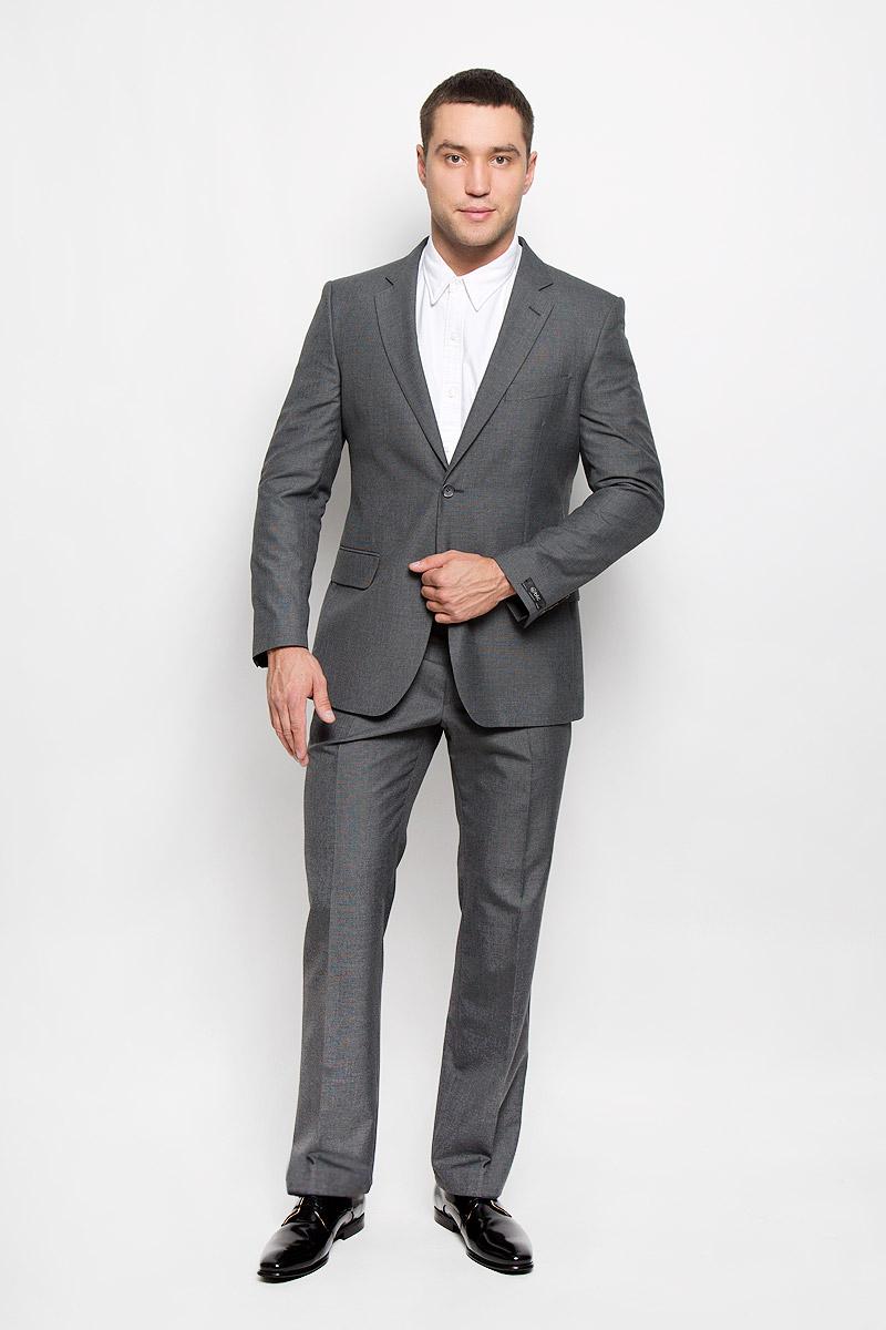 Костюм мужской BTC Modern: пиджак, брюки, цвет: серый. 12.013989. Размер 60-17612.013989Мужской костюм BTC Modern, состоящий из пиджака и брюк, займет достойное место в вашем гардеробе. Костюм изготовлен из высококачественного материала. Подкладка модели выполнена из полиэстера.Пиджак с длинными рукавами и отложным воротником с лацканами застегивается на две пуговицы. Модель оснащена прорезным карманом на груди и двумя прорезными карманами с клапанами в нижней части изделия. С внутренней стороны находятся три прорезных кармана, один из которых застегивается на пуговицу. Низ рукавов декорирован пуговицами. Спинка дополнена центральной шлицей.Брюки со стрелками застегиваются на крючок и пуговицы в поясе и имеют ширинку на застежке-молнии. На брюках предусмотрены шлевки для ремня. Спереди модель дополнена двумя втачными карманами со скошенными краями, а сзади -прорезным карманом на пуговице. Этот модный и в то же время комфортный костюм - отличный вариант для офиса и торжеств. Такой костюм позволит выглядеть вам элегантно и стильно!