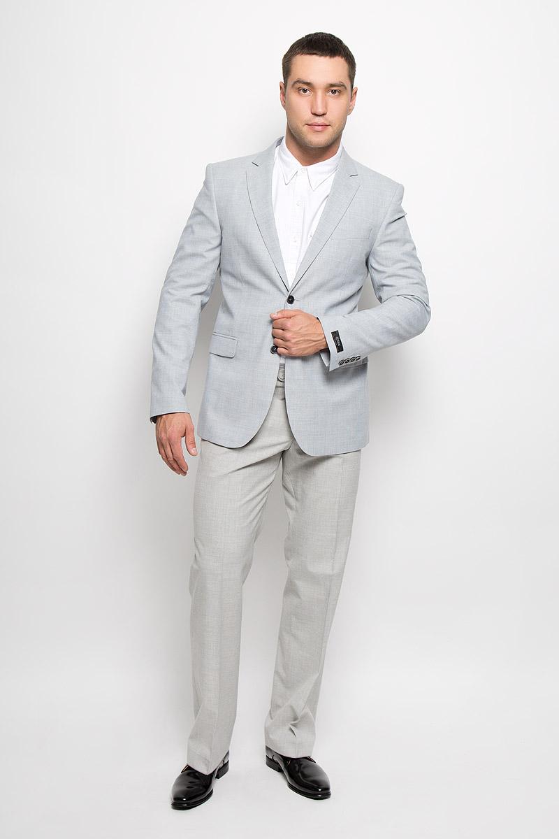 Пиджак мужской BTC, цвет: серо-голубой. 00-00041658_12.013865. Размер 48-17600-00041658_12.013865Классический мужской пиджак BTC изготовлен из высококачественного материала, приятного на ощупь и обеспечивающего комфорт и удобство при носке. Подкладка изделия выполнена из вискозы с добавлением ацетата. Пиджак с длинными рукавами и воротником с лацканами. Модель дополнена небольшим прорезным карманом на груди и двумя прорезными карманами с клапанами в нижней части изделия. Внутри находятся три прорезных кармана, один из которых застегивается на пуговицу. Низ рукавов декорирован пришитыми пуговицами. На спинке предусмотрена шлица, расположенная в среднем шве. Пиджак оформлен принтом в клетку. Этот модный пиджак станет отличным дополнением к вашему гардеробу.