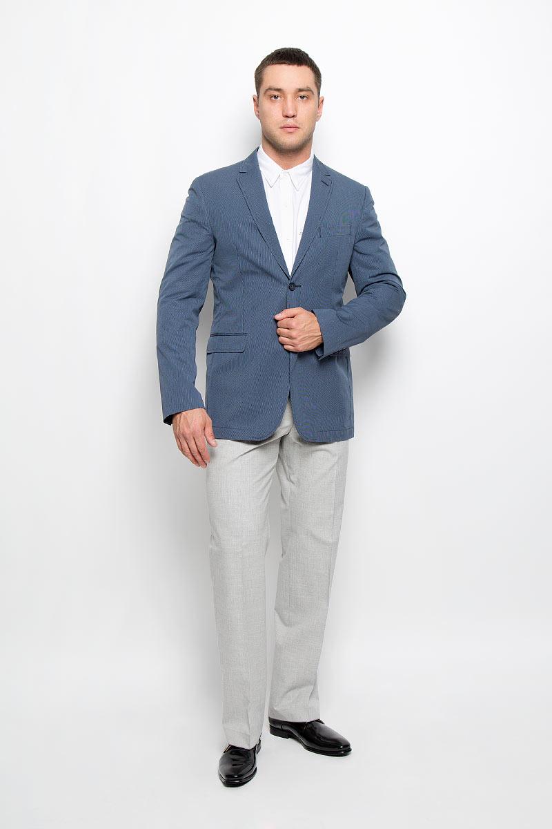 Пиджак мужской BTC, цвет: темно-синий, голубой. 12.013556. Размер 48-18812.013556Стильный мужской пиджак BTC изготовлен из высококачественного материала, обеспечивающего комфорт и удобство при носке. Подкладка изделия выполнена из комбинации хлопка, ацетата и полиамида.Пиджак с длинными рукавами и отложным воротником с лацканами застегивается на две пуговицы. Модель оснащена прорезным карманом на груди и двумя прорезными карманами с клапанами в нижней части изделия. Внутри расположены два прорезных кармана, один из которых застегивается на пуговицу. На спинке предусмотрена шлица, расположенная в среднем шве. Пиджак оформлен принтом в узкую полоску. Низ рукавов декорирован пуговицами.Этот модный пиджак станет отличным дополнением к вашему гардеробу!