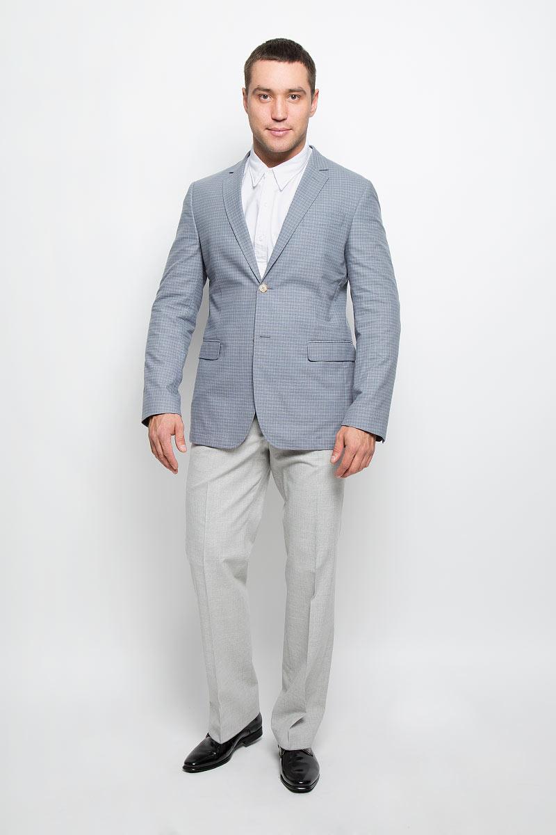 Пиджак мужской BTC, цвет: серо-голубой. 12.013479. Размер 48-17612.013479Оригинальный мужской пиджак BTC изготовлен из эластичного хлопка. Ткань изделия мягкая и тактильно приятная, хорошо пропускает воздух. Частичная подкладка пиджака изготовлена из ткани с эффектом хамелеон, в состав которой входят вискоза и полиэстер.Пиджак с длинными рукавами и отложным воротником с лацканами застегивается на две пуговицы. Модель оснащена прорезным карманом на груди и двумя прорезными карманами с клапанами в нижней части изделия. Внутри расположены два прорезных кармана, один из которых застегивается на пуговицу. На спинке предусмотрена центральная шлица. Оформлен пиджак принтом в клетку. Низ рукавов декорирован пуговицами.Этот модный пиджак станет отличным дополнением к вашему гардеробу!