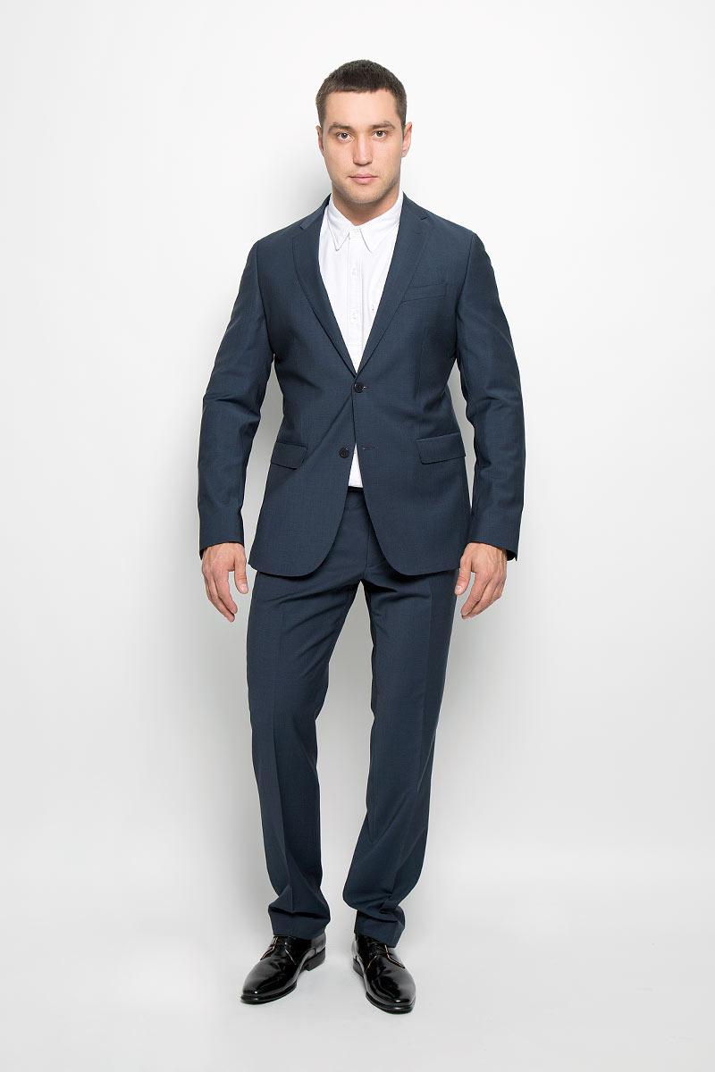 Костюм мужской BTC Modern: пиджак, брюки, цвет: темно-синий. 12.014144. Размер 58-18212.014144Мужской костюм BTC Modern, состоящий из пиджака и брюк, займет достойное место в вашем гардеробе. Костюм изготовлен из высококачественного материала. Подкладка модели выполнена из ацетата и вискозы.Пиджак с длинными рукавами и отложным воротником с лацканами застегивается на две пуговицы. Модель оснащена прорезным карманом на груди и двумя прорезными карманами с клапанами в нижней части изделия. С внутренней стороны находятся четыре прорезных кармана. Низ рукавов декорирован пуговицами. Спинка дополнена двумя шлицами.Брюки со стрелками застегиваются на крючок и пуговицы в поясе и имеют ширинку на застежке-молнии. На брюках предусмотрены шлевки для ремня. Спереди модель дополнена двумя втачными карманами со скошенными краями, а сзади -двумя прорезными карманами на пуговицах. Этот модный и в то же время комфортный костюм - отличный вариант для офиса и торжеств. Такой костюм позволит выглядеть вам элегантно и стильно!