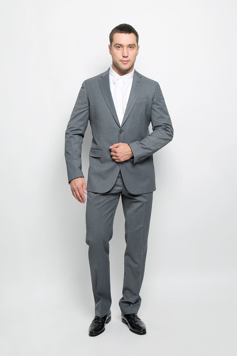 Костюм мужской BTC Modern: пиджак, брюки, цвет: серый. 12.014145. Размер 58-17612.014145Мужской костюм BTC Modern, состоящий из пиджака и брюк, займет достойное место в вашем гардеробе. Костюм изготовлен из высококачественного материала. Ткань изделия гладкая, тактильно приятная. Подкладка модели выполнена из ацетата.Пиджак с длинными рукавами и отложным воротником с лацканами застегивается на две пуговицы. Модель оснащена прорезным карманом на груди и двумя прорезными карманами с клапанами в нижней части изделия. С внутренней стороны находятся четыре прорезных кармана, один из которых застегивается на пуговицу. Низ рукавов декорирован пуговицами. Спинка дополнена двумя шлицами.Брюки со стрелками застегиваются на крючок и пуговицы в поясе и имеют ширинку на застежке-молнии. На брюках предусмотрены шлевки для ремня. Спереди модель дополнена двумя втачными карманами со скошенными краями, а сзади -двумя прорезными карманами на пуговицах. Этот модный и в то же время комфортный костюм - отличный вариант для офиса и торжеств. Такой костюм позволит выглядеть вам элегантно и стильно!
