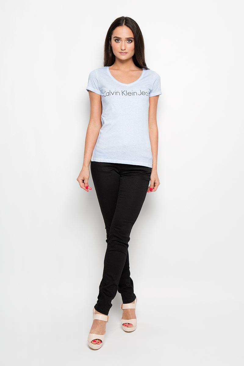 Футболка женская Calvin Klein Jeans, цвет: светло-синий. J2EJ204277_0730. Размер XL (50/52)J2EJ204277_0730Женская футболка Calvin Klein Jeans, выполненная из натурального хлопка, поможет создать отличный современный образ в стиле Casual. Футболка с V-образным вырезом горловины и короткими рукавами оформлена надписью Calvin Klein Jeans.Такая футболка станет стильным дополнением к вашему гардеробу, она подарит вам комфорт в течение всего дня!