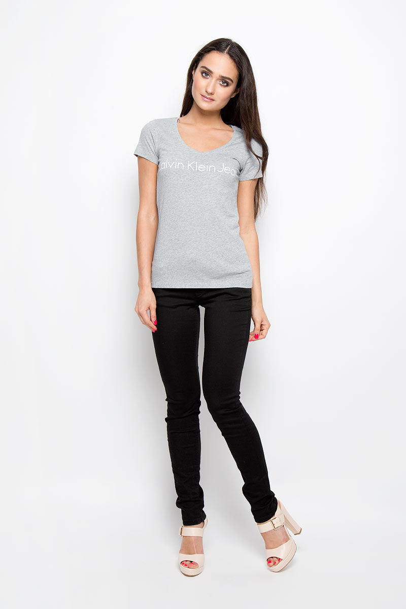 Футболка женская Calvin Klein Jeans, цвет: серый. J2EJ204277_0380. Размер XL (50/52)J2EJ204277_0380Женская футболка Calvin Klein Jeans, выполненная из натурального хлопка, поможет создать отличный современный образ в стиле Casual. Футболка с V-образным вырезом горловины и короткими рукавами оформлена надписью Calvin Klein Jeans.Такая футболка станет стильным дополнением к вашему гардеробу, она подарит вам комфорт в течение всего дня!