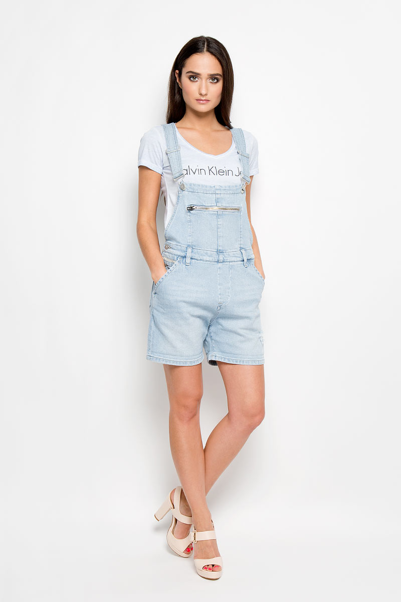 Комбинезон женский Calvin Klein Jeans, цвет: голубой. J2DJ204387_4340. Размер L (48/50)1345Стильный женский комбинезон Calvin Klein Jeans прямого кроя, изготовленный из хлопка с добавлением эластана, приятен на ощупь, не сковывает движения и позволяет коже дышать, не раздражает даже самую нежную и чувствительную кожу, обеспечивая наибольший комфорт.Модель имеет удобную застежку - пуговицы сбоку. Изделие дополнено спереди двумя втачными карманами с косыми срезами и одним прорезным карманом на застежке-молнии, сзади двумя накладными карманами. На поясе имеются шлевки для ремня. Лямки комбинезона регулируются по длине. Комбинезон оформлен потертостями и рваным эффектом. Этот модный и в тоже время комфортный комбинезон послужит отличным дополнением к вашему гардеробу, он станет главной составляющей вашего стиля. В нем вы всегда будете чувствовать себя уютно и комфортно!