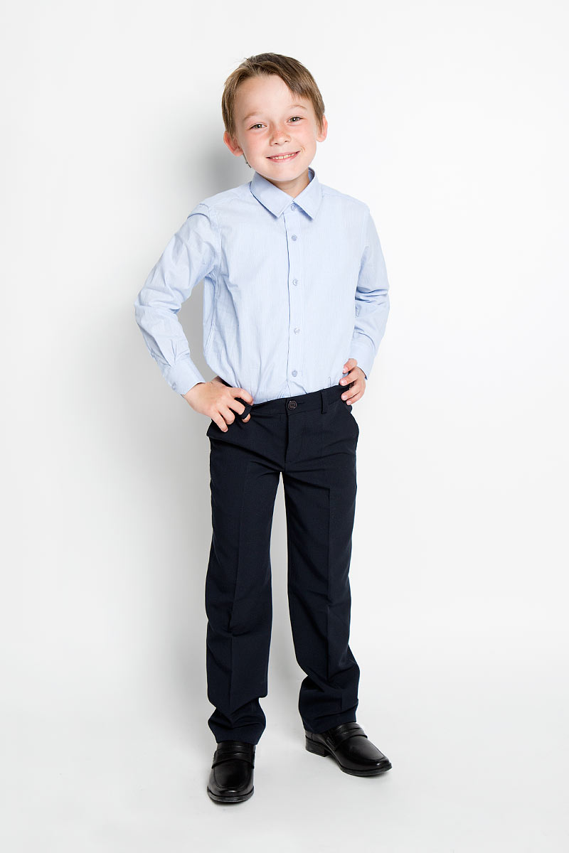 Рубашка для мальчика Nota Bene, цвет: голубой. AW15BS354B-10. Размер 158AW15BS354A-10/AW15BS354B-10Рубашка для мальчика Nota Bene, выполненная из натурального хлопка, отлично сочетается как с джинсами, так и с классическими брюками. Материал изделия легкий, мягкий и тактильно приятный, не сковывает движения и обладает высокими дышащими свойствами.Рубашка с длинными рукавами и отложным воротником застегивается спереди на пуговицы по всей длине. Модель имеет прямой силуэт. На манжетах также предусмотрены застежки-пуговицы. Оформлено изделие принтом в узкую полоску. Стильная рубашка станет отличным дополнением к школьному гардеробу!