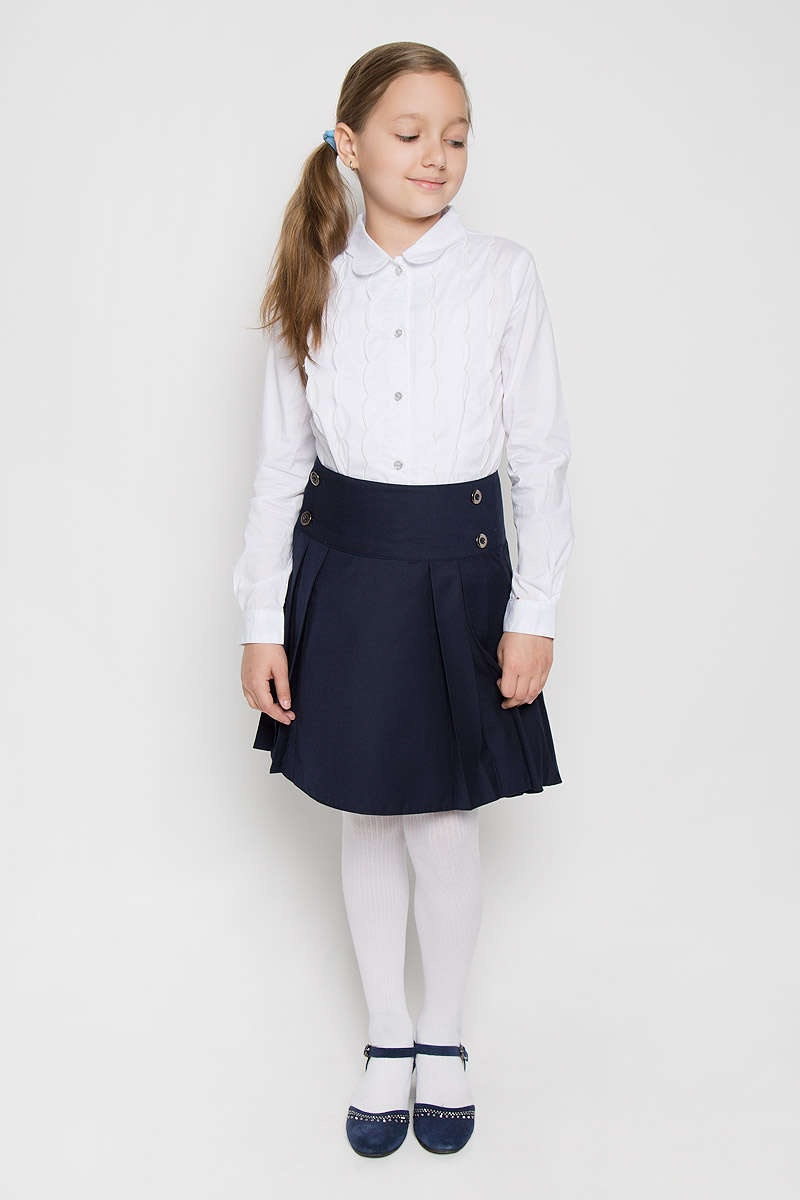 Блузка для девочки Nota Bene, цвет: белый. AW15GS270B-1. Размер 146AW15GS270A-1/AW15GS270B-1Элегантная блузка для девочки Nota Bene идеально подойдет для школы. Изготовленная из хлопка с добавлением спандекса, она необычайно мягкая, легкая и приятная на ощупь, не сковывает движения и позволяет коже дышать, не раздражает даже самую нежную и чувствительную кожу ребенка, обеспечивая наибольший комфорт. Блузка приталенного силуэта с отложным воротником и длинными рукавами застегивается на пуговицы. Рукава дополнены неширокими манжетами на пуговицах. Воротник имеет оригинальную форму. Модель спереди дополнена вертикальными оборками.Такая блузка - незаменимая вещь для школьной формы, отлично сочетается с юбками, брюками и сарафанами. Эта модель всегда выглядит великолепно!