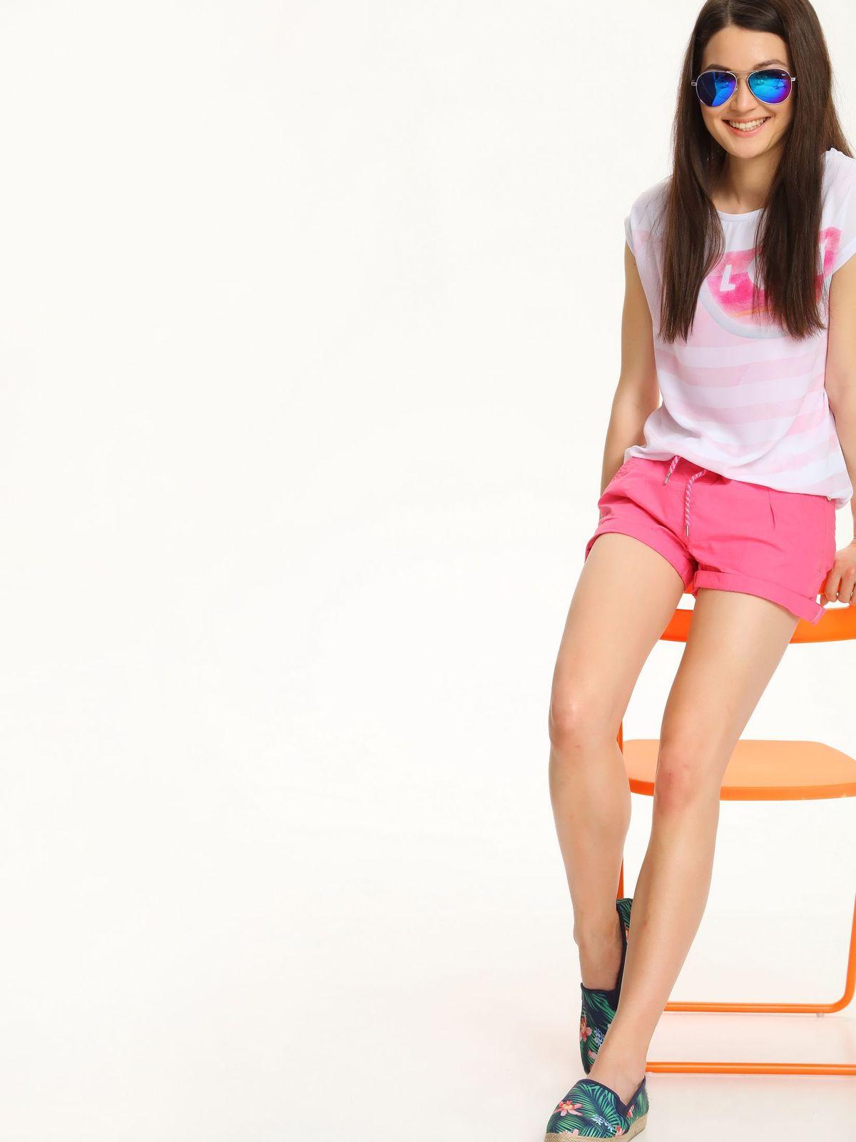 Блузка женская Troll, цвет: белый, розовый. TBK0144BI. Размер XS (42)TBK0144BIСтильная женская блузка Troll, выполненная из вискозы и полиэстера, подчеркнет ваш изысканный вкус.Модель c короткими цельнокроеными рукавами и круглым вырезом горловины не имеет застежек. Блузка оформлена оригинальным контрастным принтом и дополнена по низу эластичной резинкой.