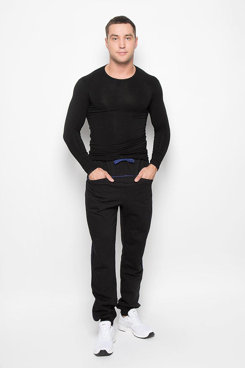 Брюки спортивные мужские RAV, цвет: черный, синий. RAV01-025. Размер M (48)RAV01-025Удобные мужские спортивные брюки RAV великолепно подойдут для отдыха и повседневной носки, а также для занятий спортом. Модель прямого кроя изготовлена из хлопка, благодаря чему великолепно пропускает воздух, обладает высокой гигроскопичностью и превосходно сидит, а также отводит влагу от кожи.Модель имеет широкую эластичную резинку на поясе. Объем талии регулируется при помощи затягивающегося шнурка. Изделие оснащено двумя прорезными карманами спереди. Низ брючин дополнен трикотажной резинкой. Эти модные и в тоже время удобные брюки - настоящее воплощение комфорта. В них вы всегда будете чувствовать себя уверенно и уютно.