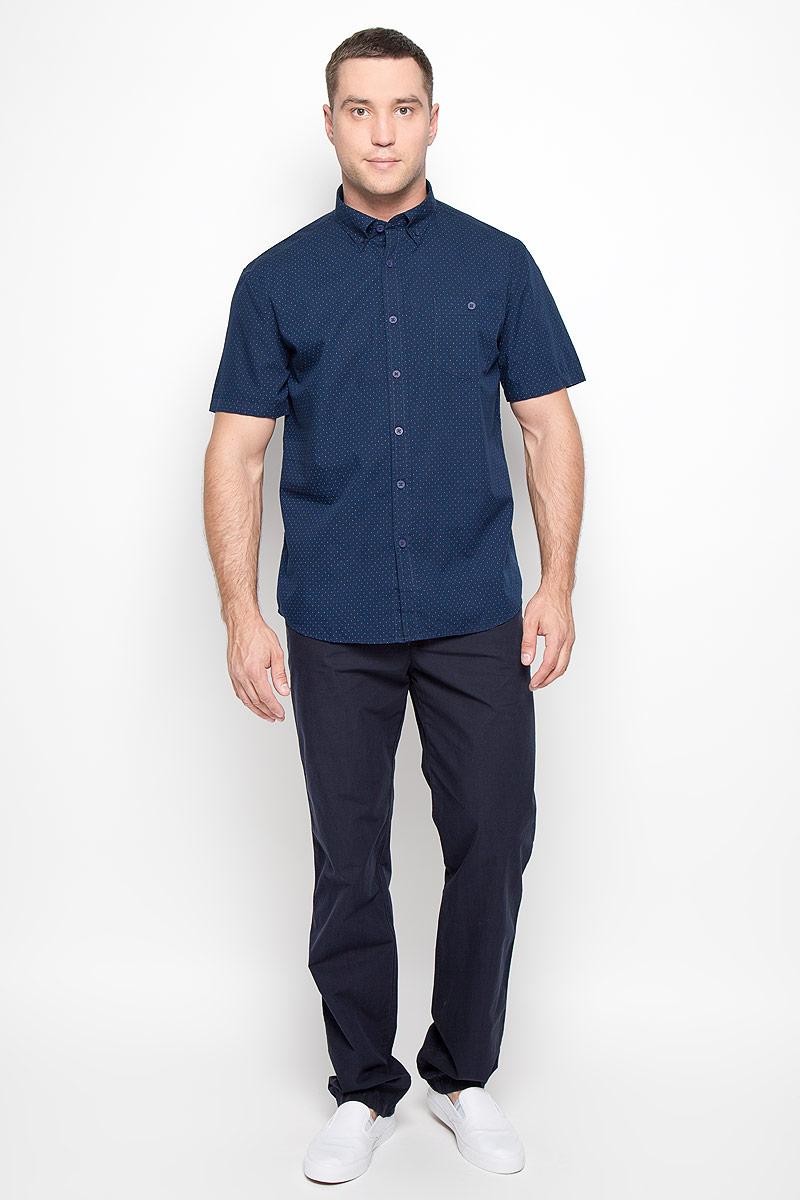 Рубашка мужская Finn Flare, цвет: темно-синий. S16-21011_101. Размер M (48)S16-21011_101Мужская рубашка Finn Flare, выполненная из высококачественного хлопка, обладает высокой теплопроводностью, воздухопроницаемостью и гигроскопичностью, позволяет коже дышать, тем самым обеспечивая наибольший комфорт при носке. Рубашка прямого кроя, с короткими рукавами и отложным воротником застегивается на пуговицы. Модель дополнена накладным нагрудным карманом, закрывающимся на пуговицу. Рубашка оформлена оригинальным принтом. Воротник фиксируется на пуговицы. Такая рубашка подчеркнет ваш вкус и поможет создать великолепный современный образ.