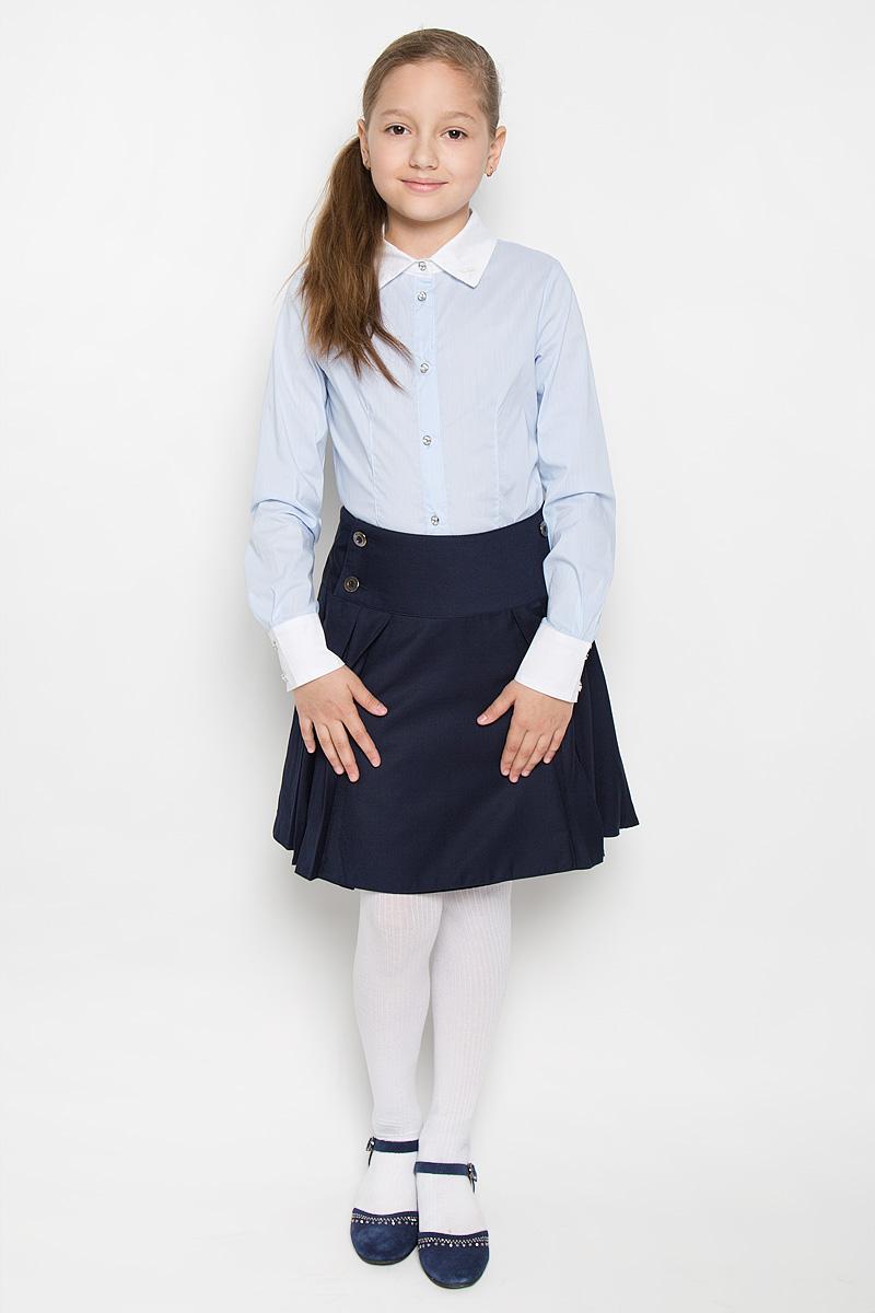 Блузка для девочки Nota Bene, цвет: голубой, белый. AW15GS150A-10. Размер 122AW15GS150A-10/AW15GS150B-10Стильная блузка для девочки Nota Bene, выполненная из эластичного хлопка, станет отличным дополнением к школьному гардеробу. Благодаря составу, изделие легкое, тактильно приятное, не сковывает движений, позволяет коже дышать. Блузка с отложным воротником и длинными рукавами застегивается на пуговицы по всей длине. На рукавах предусмотрены манжеты с застежками-пуговицами. Оформлено изделие принтом в узкую полоску. Воротник дополнен небольшой вышивкой в виде стрекозы. Пуговицы на модели украшены вставками со стразами.Школьная блузка играет важную роль в образе ученицы, она отлично сочетается с юбками и брюками.