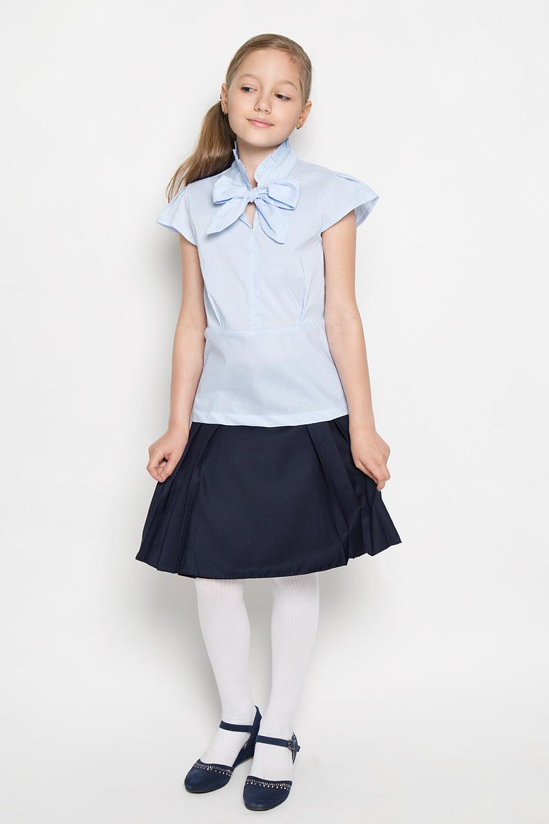 Блузка для девочки Nota Bene, цвет: голубой. AW15GS154B-10. Размер 152AW15GS154B-10Блузка для девочки Nota Bene, выполненная из эластичного хлопка, станет отличным дополнением к школьному гардеробу. Благодаря составу, изделие легкое, тактильно приятное, не сковывает движений, позволяет коже дышать. Блузка с воротником-аскот и короткими рукавами-крылышками оформлена принтом в полоску. Воротник дополнен лентами, завязывающимися на бант. Блузка играет важную роль в образе ученицы, она отлично сочетается с юбками и брюками.