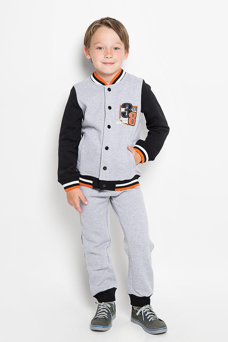 Комплект для мальчика Scool: толстовка, брюки, цвет: светло-серый, черный. 363049. Размер 128, 8 лет363049Комплект для мальчика Scool, состоящий из толстовки и брюк, идеально подойдет вашему ребенку. Изготовленный из высококачественного материала, он необычайно мягкий и приятный на ощупь, не сковывает движения и позволяет коже дышать, не раздражает даже самую нежную и чувствительную кожу ребенка, обеспечивая ему наибольший комфорт. Толстовка с длинными рукавами и воротником-стойкой застегивается на металлические кнопки. Низ изделия и низ рукавов оформлены широкой эластичной манжетой. Спереди модель дополнена двумя втачными карманами, а на груди оформлена небольшим оригинальным принтом.Брюки имеют на талии широкий эластичный пояс, регулируемый шнурком, благодаря чему они не сдавливают животик. Низ брючин дополнен широкими эластичными манжетами. Оригинальный дизайн и модная расцветка делают этот комплект незаменимым предметом детского гардероба. В нем вашему маленькому мужчине будет комфортно и уютно, и он всегда будет в центре внимания!