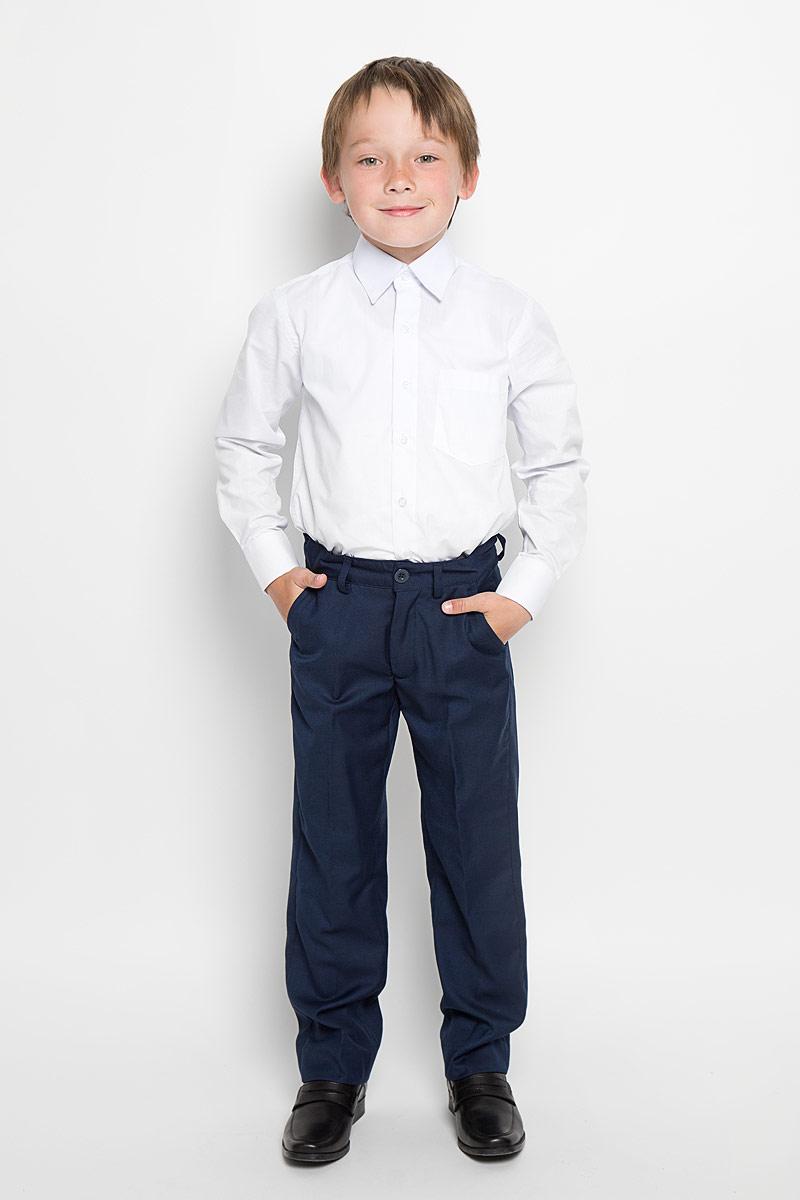 Брюки для мальчика Button Blue, цвет: темно-синий. 215BBBS6301. Размер 140, 10 лет215BBBS6301Классические брюки для мальчика Button Blue - основа повседневного школьного гардероба. Изготовленные из высококачественного костюмного полотна, они необычайно мягкие и приятные на ощупь, не сковывают движения и позволяют коже дышать, не раздражают даже самую нежную и чувствительную кожу ребенка, обеспечивая ему наибольший комфорт. Брюки прямого покроя с заутюженными стрелками на талии застегиваются на пластиковую пуговицу и имеют ширинку на застежке-молнии и шлевки для ремня. С внутренней стороны предусмотрена скрытая эластичная резинка на пуговицах. Спереди брюки дополнены двумя втачными карманами с косыми краями, а сзади - двумя прорезными карманами.Эта универсальная модель подходит под различные варианты пиджаков, джемперов и водолазок.