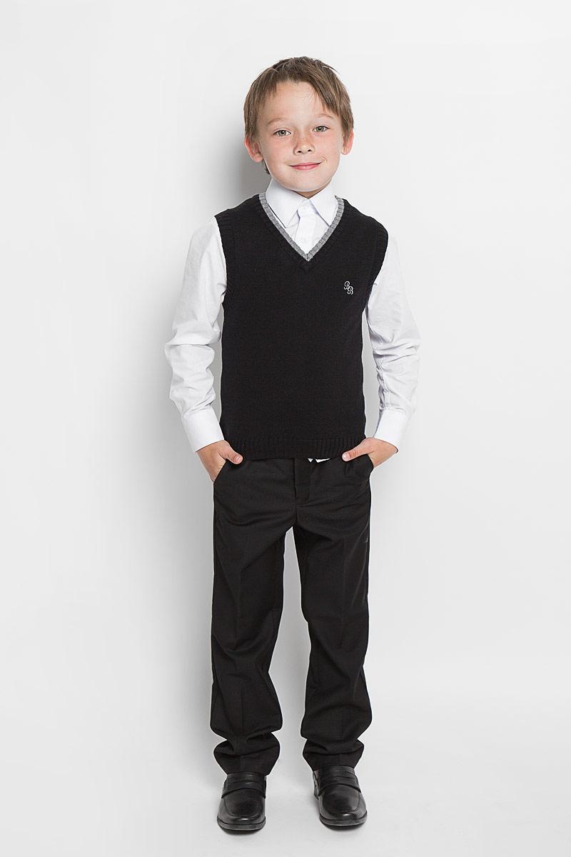 Жилет для мальчика Button Blue, цвет: черный. 215BBBS3001. Размер 152, 12 лет215BBBS3001Уютный вязаный жилет для мальчика Button Blue идеально подойдет для школы и повседневной носки. Изготовленный из акриловой пряжи с добавлением шерсти и нейлона, он необычайно мягкий и приятный на ощупь, не сковывает движения и позволяет коже дышать, не раздражает даже самую нежную и чувствительную кожу ребенка, обеспечивая ему наибольший комфорт. Жилет классического кроя с V-образным вырезом горловины позволяет создавать деловые образы в сочетании с рубашками и водолазками. Пройма рукавов, горловина и низ модели связаны резинкой. На груди изделие оформлено небольшой вышивкой в виде логотипа бренда. Вырез горловины оформлен контрастной вязкой. Вязаный жилет - хорошая альтернатива пиджаку в прохладное время года.Он также отлично смотрится и в комплекте с деловым костюмом. Являясь важным атрибутом школьной моды, стильный жилет создает тепло и комфорт.