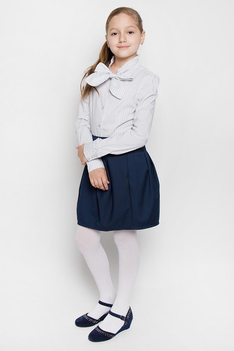Блузка для девочки Nota Bene, цвет: белый, серый. AW15GS268B-20. Размер 152AW15GS268B-20Блузка для девочки Nota Bene, выполненная из эластичного хлопка с добавлением вискозы, станет отличным дополнением к школьному гардеробу. Изделие не сковывает движения и хорошо пропускает воздух, обеспечивая наибольший комфорт. Блузка с воротником-аскот и длинными рукавами-фонариками застегивается на пуговицы по всей длине. Воротник дополнен лентами, завязывающимися на бант. На рукавах предусмотрены манжеты с застежками-пуговицами. Модель оформлена принтом в полоску. Воротник и рукава украшены оборками. Блузка отлично сочетается с юбками и брюками. В ней вашей принцессе всегда будет уютно и комфортно!