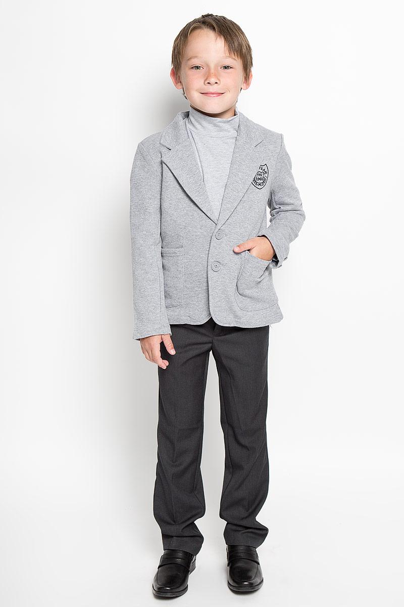 Пиджак для мальчика Scool, цвет: серый меланж. 363038. Размер 152, 12 лет363038Стильный пиджак для мальчика Scool станет отличным дополнением к школьному гардеробу в прохладные дни. Изготовленный из высококачественного материала, он необычайно мягкий и приятный на ощупь, не сковывает движения и позволяет коже дышать, не раздражает нежную кожу ребенка, обеспечивая ему наибольший комфорт.Пиджак с воротничком с лацканами застегивается на пластиковые пуговички. Низ рукавов дополнен декоративными пуговицами. Спереди пиджак оформлен двумя накладными карманами и вышитым логотипом бренда. Сзади предусмотрена шлица. В таком пиджачке ваш маленький мужчина будет чувствовать себя комфортно, уютно и всегда будет в центре внимания!