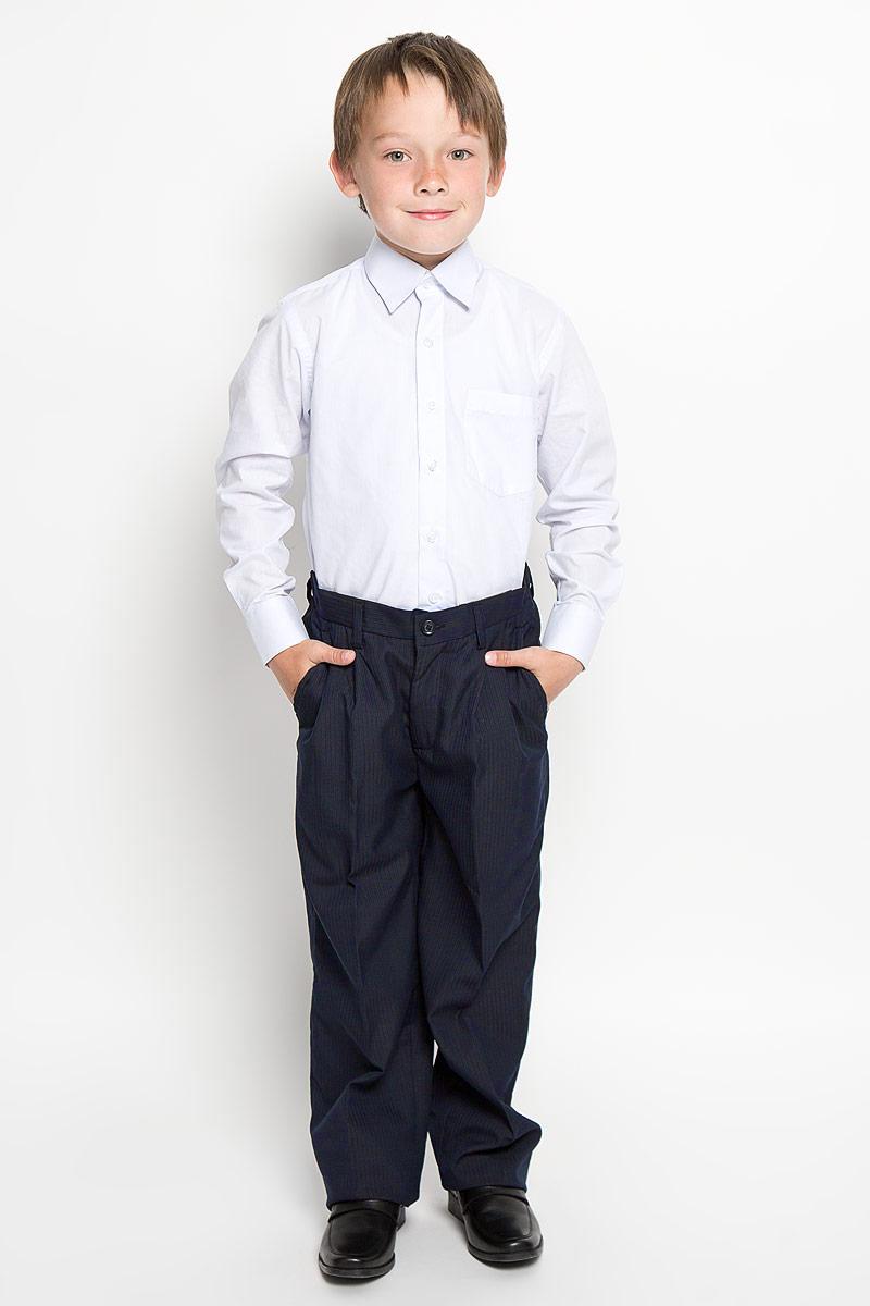 Брюки для мальчика Imperator, цвет: черный, темно-синий. 27770. Размер 36/152, 13-14 лет27770Классические брюки для мальчика Imperator - основа повседневного школьного гардероба. Изготовленные из высококачественного материала с добавлением вискозы, они мягкие и приятные на ощупь, не сковывают движения и позволяют коже дышать, не раздражают даже самую нежную и чувствительную кожу ребенка, обеспечивая ему наибольший комфорт. Брюки прямого покроя с заутюженными стрелками и выработкой в полоску по ткани на талии застегиваются на пластиковую пуговицу. Также имеют ширинку на застежке-молнии и шлевки для ремня. Спереди изделие дополнено двумя втачными карманами с косыми краями. Неширокие складочки возле карманов придают оригинальность модели. Пояс по спинке присборен на эластичную резинку для лучшего прилегания и посадки по фигуре.Эта универсальная модель, подходящая под различные варианты жакетов, пиджаков, джемперов и водолазок.