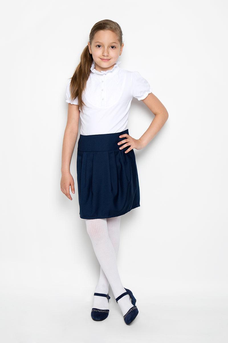 Юбка Button Blue, цвет: темно-синий. 215BBGS6101. Размер 128, 8 лет215BBGS6101Стильная юбка для девочки Button Blue идеально подойдет для школы и повседневной носки. Изготовленная из высококачественного материала, она необычайно мягкая и приятная на ощупь, не сковывает движения малышки и позволяет коже дышать, не раздражает даже самую нежную и чувствительную кожу ребенка, обеспечивая ему наибольший комфорт. Юбка на широком поясе, сбоку застегивается на потайную застежку-молнию. Крупные складки спереди и сзади обеспечивают комфортный свободный силуэт. Классический фасон юбки традиционно является основой школьного гардероба девочки, создавая привычный образ скромной, серьезной, аккуратной ученицы.Такая юбка - незаменимая вещь для школьной формы, отлично сочетается с блузками и пиджаками.