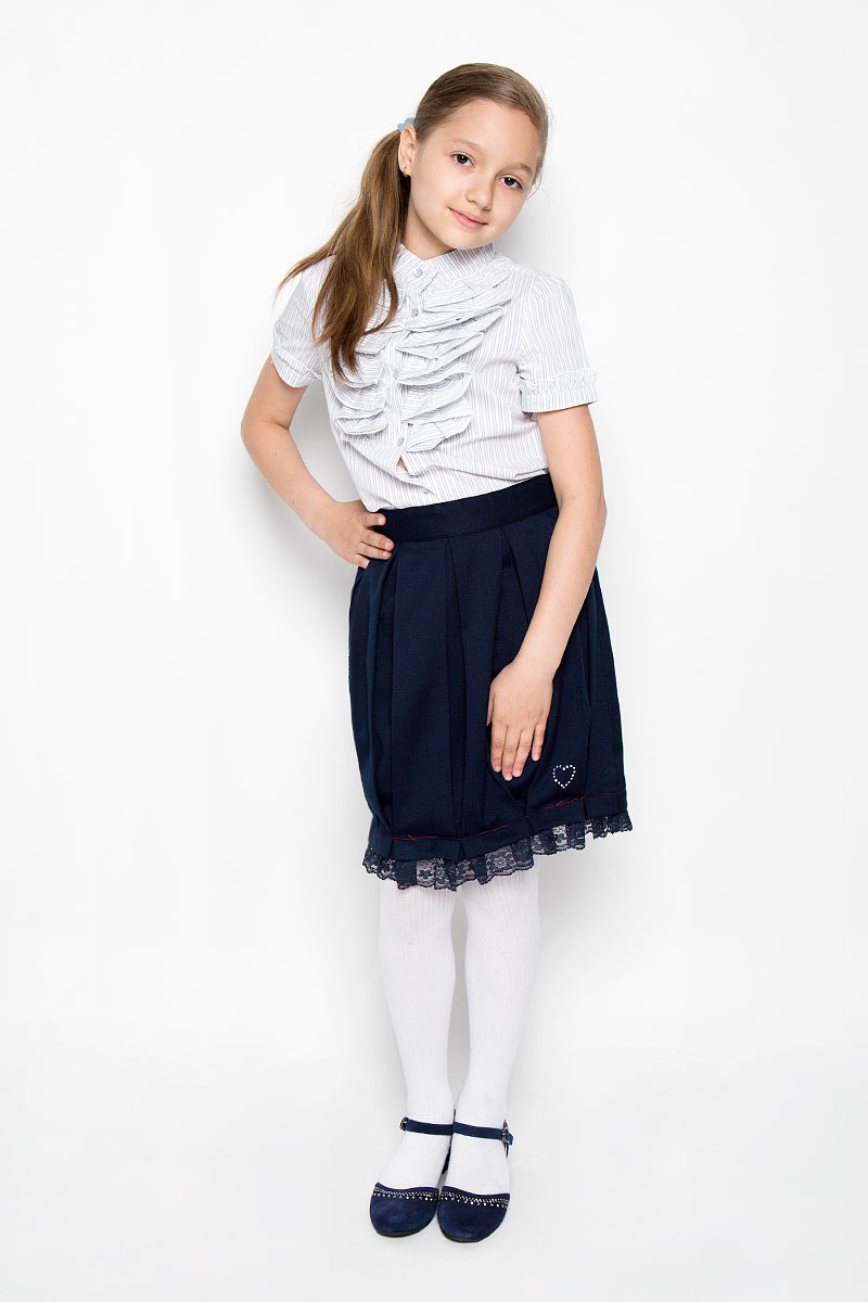 Юбка для девочки Scool, цвет: темно-синий. 364024. Размер 152, 12 лет364024Классическая юбка для девочки Scool идеально подойдет для школы. Изготовленная из высококачественного материала с подкладкой, она необычайно мягкая и приятная на ощупь, не сковывает движения и позволяет коже дышать, не раздражает даже самую нежную и чувствительную кожу ребенка, обеспечивая наибольший комфорт. Юбка, оформленная от линии талии крупными складками, застегивается на оригинальную пуговицу и застежку-молнию. При необходимости в поясе ее можно утянуть скрытой резинкой на пуговках. Низ изделия дополнен кружевной оборкой и маленьким сердечком из страз.В сочетании с любым верхом, эта юбка выглядит строго, красиво, и очень эффектно.