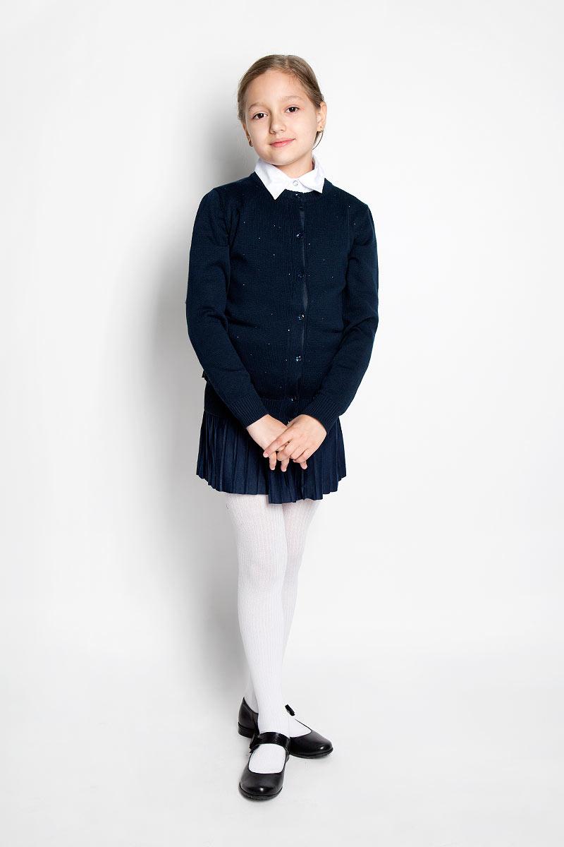 Кардиган для девочки Scool, цвет: темно-синий. 364013. Размер 152, 12 лет364013Стильный кардиган для девочки Scool идеально подойдет для школы и повседневной носки. Изготовленный из хлопковой пряжи с добавлением акрила, он мягкий и приятный на ощупь, не сковывает движения и позволяет коже дышать, не раздражает даже самую нежную и чувствительную кожу ребенка, обеспечивая ему наибольший комфорт. Модель с длинными рукавами и круглым вырезом горловины застегивается спереди на блестящие пуговицы. Низ изделия, манжеты и горловина связаны резинкой. Спереди модель оформлена стразами. Классический крой позволяет создавать деловые образы в сочетании с рубашками и водолазками. Однотонный кардиган - хорошая альтернатива пиджаку в прохладное время года. Являясь важным атрибутом школьной моды, он обеспечивает тепло и комфорт.