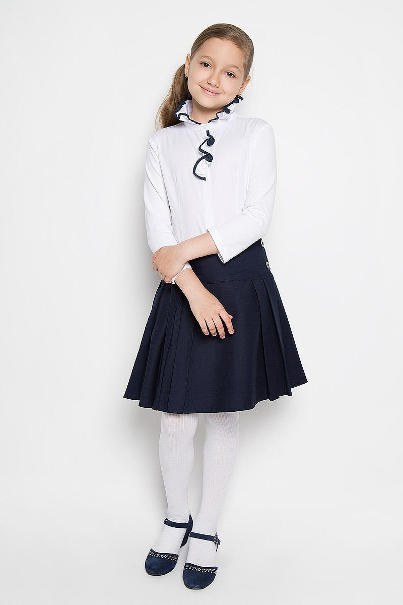 Блузка для девочки Nota Bene, цвет: белый. AW15GS251B-1. Размер 152AW15GS251A-1/AW15GS251B-1Блузка для девочки Nota Bene, выполненная из высококачественного материала, станет отличным дополнением к школьному гардеробу. Лицевая сторона модели изготовлена из натурального хлопка, а рукава и спинка - из эластичного хлопка. Изделие не сковывает движения и хорошо пропускает воздух, обеспечивая наибольший комфорт. Блузка с воротником-стойкой и рукавами длиной 7/8 застегивается на пуговицы по всей длине. Воротник со складками дополнен по краю окантовкой. Спереди модель украшена оборкой с контрастной окантовкой, а также небольшой вышивкой в виде стрекозы.Блузка отлично сочетается с юбками и брюками. В ней вашей принцессе всегда будет уютно и комфортно!