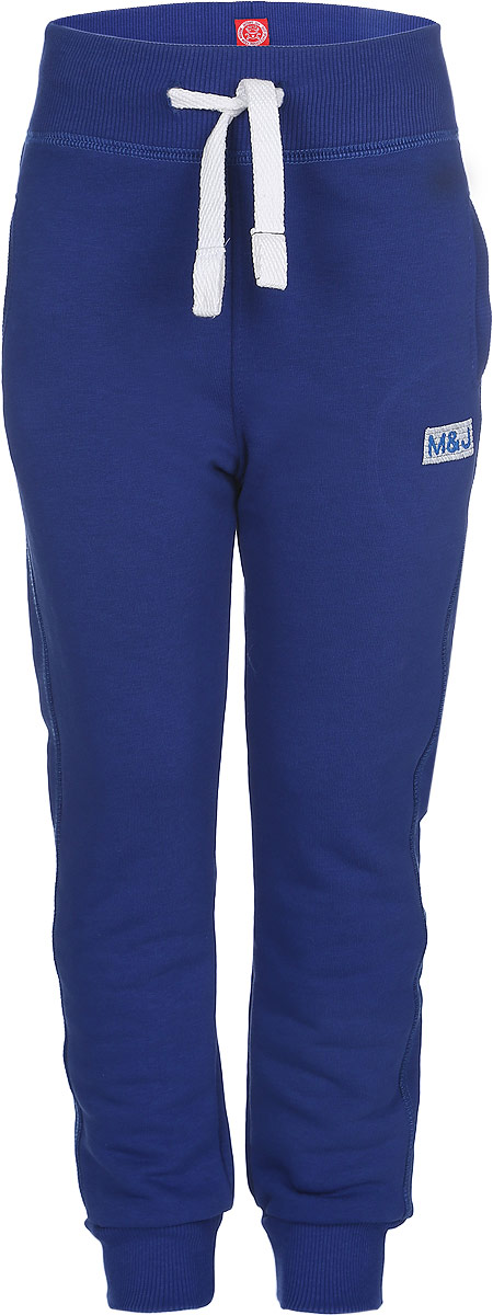 Брюки для мальчика Modniy Juk MJ, цвет: синий. 15В00160700. Размер 26 (104)15В00160700Удобные брюки для мальчика Modniy Juk MJ идеально подойдут вашему ребенку для отдыха, прогулок или занятий спортом. Изготовленные из хлопка с добавлением полиэстера, они необычайно мягкие и приятные на ощупь, не сковывают движения, сохраняют теплои позволяют коже дышать, не раздражают даже самую нежную и чувствительную кожу ребенка, обеспечивая наибольший комфорт. Лицевая сторона гладкая, а изнаночная - с мягким теплым начесом. Брюки спортивного стиля на талии имеют широкую эластичную резинку, благодаря чему, они не сдавливают живот ребенка и не сползают. Объем талии регулируется с помощью шнурка. По бокам модель дополнена двумя прорезными кармашками. Спереди брюки оформлены вышитым названием бренда M&J, а сзади небольшим накладным кармашком.Снизу брючины дополнены широкими трикотажными манжетами.Такие брюки станут модным и стильным предметом детского гардероба.