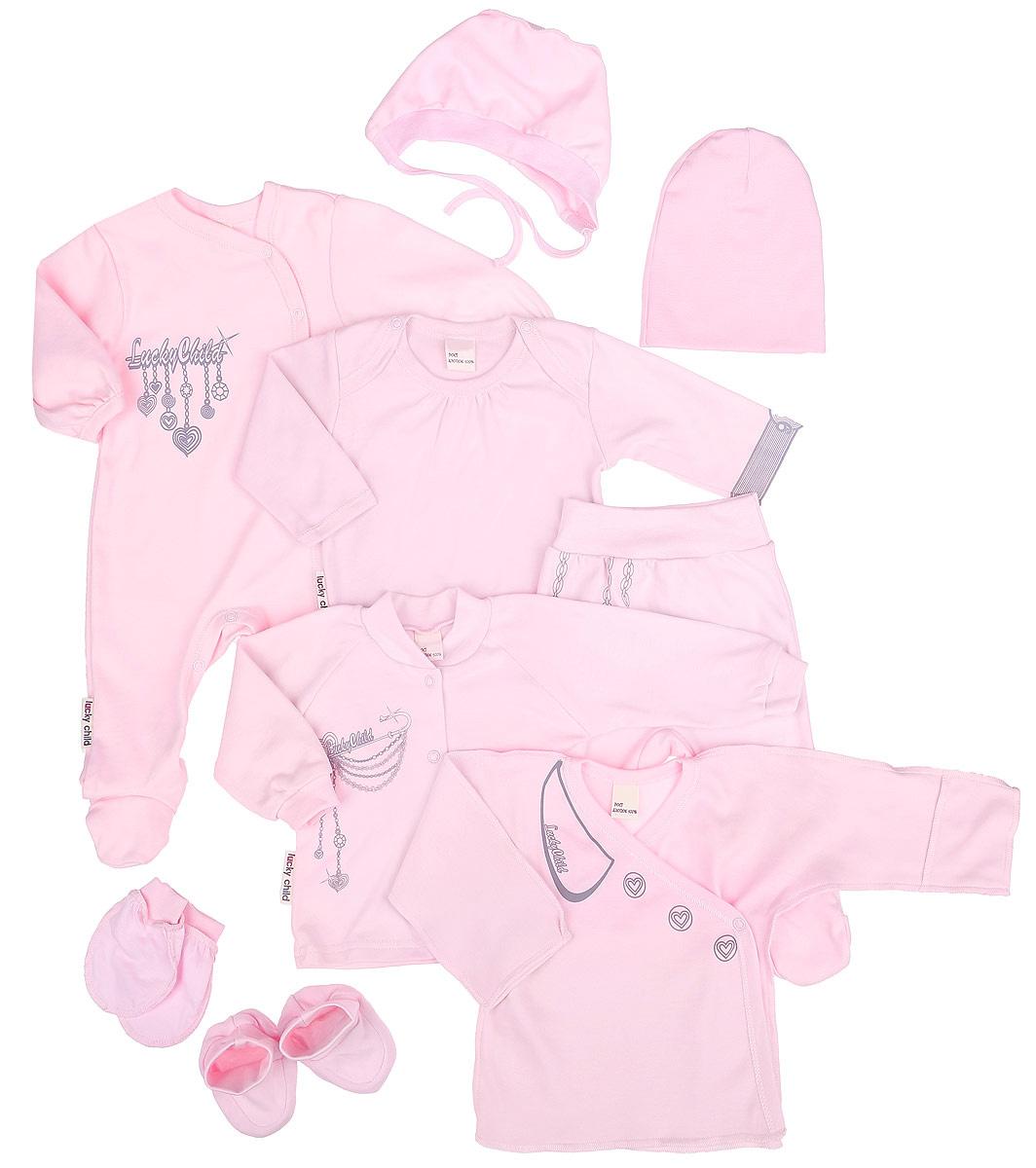 Подарочный комплект для девочки Lucky Child Леди, 9 предметов, цвет: розовый. 2-1000. Размер 56/62, 1-3 месяца2-1000Подарочный комплект Lucky Child Леди - это замечательный подарок, который прекрасно подойдет для вашей малышки. Комплект состоит из комбинезона, боди с длинными рукавами, кофточки, ползунков, распашонки, шапочки, чепчика, рукавичек и пинеток. Комплект изготовлен из высококачественного хлопка и оформлен оригинальными принтами. Он необычайно мягкий и приятный на ощупь, не сковывает движения малыша и позволяет коже дышать, не раздражает даже самую нежную и чувствительную кожу ребенка, обеспечивая ему наибольший комфорт. Комбинезон с круглым вырезом горловины, длинными рукавами и закрытыми ножками имеет застежки-кнопки спереди до щиколотки и на ластовице, которые помогают легко переодеть младенца или сменить подгузник. В комбинезоне спинка и ножки младенца всегда будут в тепле. Удобное боди с длинными рукавами и круглым вырезом горловины имеет удобные застежки-кнопки на плечах и ластовице. Горловина дополнена декоративными складками. Левый рукав изделия оформлен изображением наручных часов. Кофточка с V-образным вырезом горловины и длинными рукавами имеет застежки-кнопки по всей длине, которые помогают с легкостью переодеть ребенка. Воротник и манжеты рукавов выполнены из эластичного трикотажа. Ползунки, благодаря мягкому и широкому поясу, не сдавливают животик младенца и не сползают. Они идеально подходят для ношения с подгузником и без него. Распашонка-кимоно для новорожденного выполнена швами наружу. Благодаря системе застежек-кнопок по принципу кимоно модель можно полностью расстегнуть. А благодаря рукавичкам ребенок не поцарапает себя. Мягкая двойная трикотажная шапочка и хлопковый чепчик, необходимы любому младенцу, они защищают еще не заросший родничок, щадят чувствительный слух ребенка, прикрывая ушки, и предохраняют от теплопотерь. Очень удобные пинетки дополнены широкой резинкой, не сдавливающей ножки младенца. С ними ножки вашей крохи всегда буд