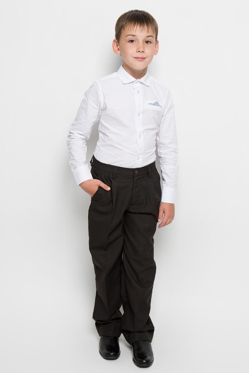 Брюки для мальчика Imperator, цвет: темно-коричневый. 26303. Размер 42/164, 15-16 лет26303Классические брюки для мальчика Imperator - основа повседневного школьного гардероба. Изготовленные из высококачественного материала с добавлением вискозы, они мягкие и приятные на ощупь, не сковывают движения и позволяют коже дышать, не раздражают даже самую нежную и чувствительную кожу ребенка, обеспечивая ему наибольший комфорт. Брюки прямого покроя с заутюженными стрелками и выработкой по ткани на талии застегиваются на пластиковую пуговицу и скрытый брючный крючок. Также имеют ширинку на застежке-молнии и шлевки для ремня. Спереди изделие дополнено двумя втачными карманами с косыми краями. Неширокие складочки возле карманов придают оригинальность модели. Прорезиненная вставка на внутренней части пояса не позволит рубашке или водолазке вылезать.Эта универсальная модель, подходящая под различные варианты жакетов, пиджаков, джемперов и водолазок.