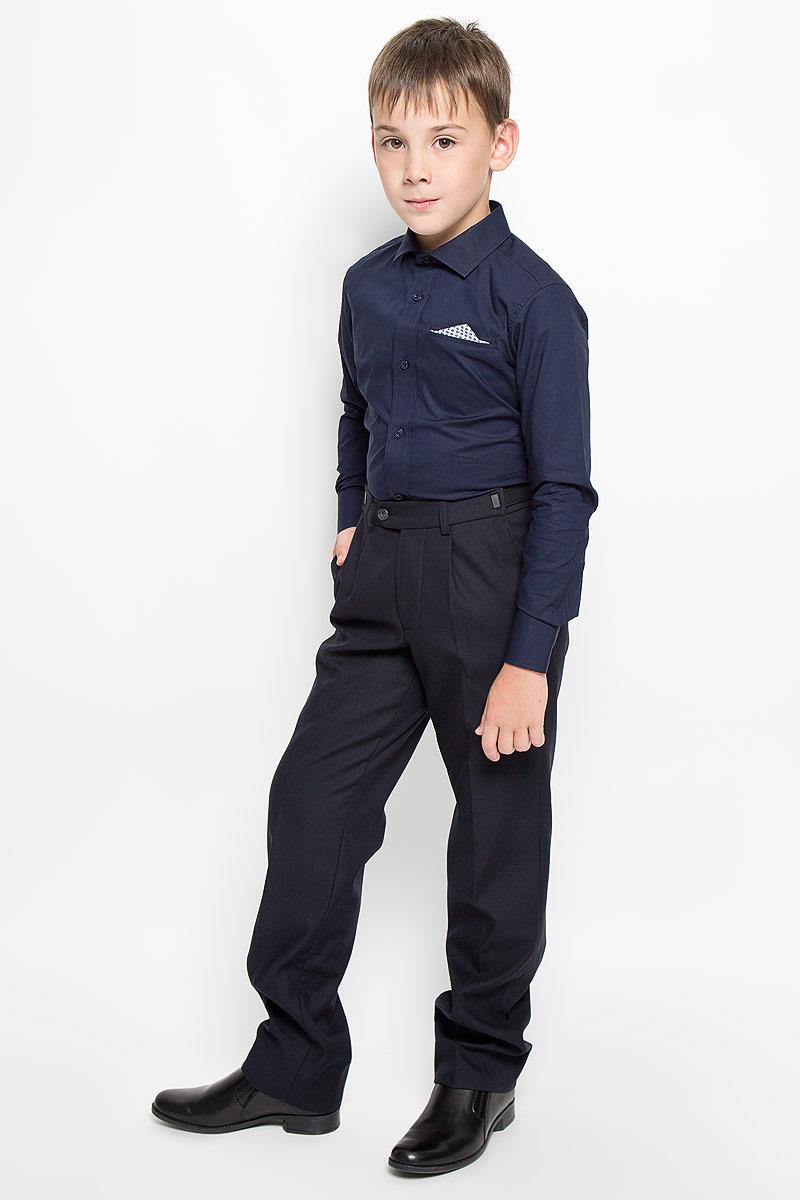 Рубашка для мальчика Orby School, цвет: темно-синий. 64193_OLB_вариант 2. Размер 122, 7-8 лет64193_OLB_вариант 2Рубашка для мальчика Orby School, выполненная из натурального хлопка, станет модным дополнением к детскому гардеробу. Она отлично сочетается как с джинсами, так и с классическими брюками. Материал изделия мягкий и приятный на ощупь, не сковывает движения и обладает высокими дышащими свойствами.Приталенная рубашка с длинными рукавами и отложным воротником застегивается спереди на пуговицы по всей длине. Манжеты рукавов также имеют застежки-пуговицы. На груди имеется имитация прорезного кармана с декоративным платком. Украшена модель вышитым логотипом бренда.Стильный дизайн и высокое качество исполнения принесут удовольствие от покупки и подарят отличное настроение!
