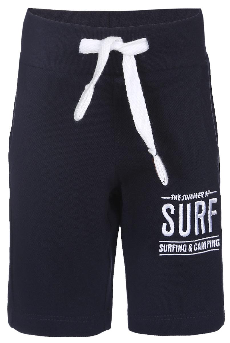 Шорты для мальчика Modniy Juk Surf, цвет: темно-синий. 10В00110300. Размер 9810В00110300Удобные шорты для мальчика Modniy Juk Surf идеально подойдут вашему маленькому моднику. Изготовленные из хлопка и полиэстера, они не сковывают движения, обладают высокой износостойкостью, отводят влагу от тела и позволяют коже дышать, обеспечивая наибольший комфорт. Шорты полуприлегающего силуэта имеют широкую эластичную резинку на поясе, которая надежно фиксирует изделие и не сдавливает животик малыша. Объем талии регулируется при помощи шнурка-кулиски. Спереди модель дополненадвумя втачными карманами со скошенными краями. Шорты оформлены вышивкой с надписьюThe Summer of Surf Surfing & Camping на брючине. Практичные и стильные шорты идеально подойдут вашему малышу, а модная расцветка и высококачественный материал позволят ему комфортно чувствовать себя в течение дня и всегда оставаться в центре внимания!