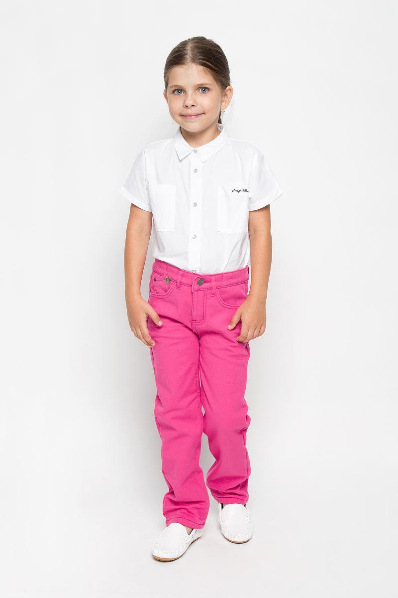 Брюки для девочки Nota Bene, цвет: ярко-розовый. WJ5421-55. Размер 110WJ5421-55Брюки для девочки Nota Bene прекрасно подойдут вашему ребенку и станут отличным дополнением к детскому гардеробу. Изготовленные из хлопка с добавлением эластана, они мягкие и приятные на ощупь, не сковывают движения и позволяют коже дышать, не раздражают нежную кожу ребенка, обеспечивая ему наибольший комфорт. Внутренняя часть брюк дополнена утеплителем из флиса. Брюки прямого кроя застегиваются на пуговицу по поясу, также имеются шлевки для ремня и ширинка на металлической застежке-молнии. С внутренней стороны пояс регулируется при помощи скрытой резинки на пуговицах. Спереди модель дополнена двумя втачными карманами и маленьким накладным кармашком, а сзади - двумя накладными карманами.В таких брюках ваша девочка будет чувствовать себя комфортно, уютно и всегда будет в центре внимания!