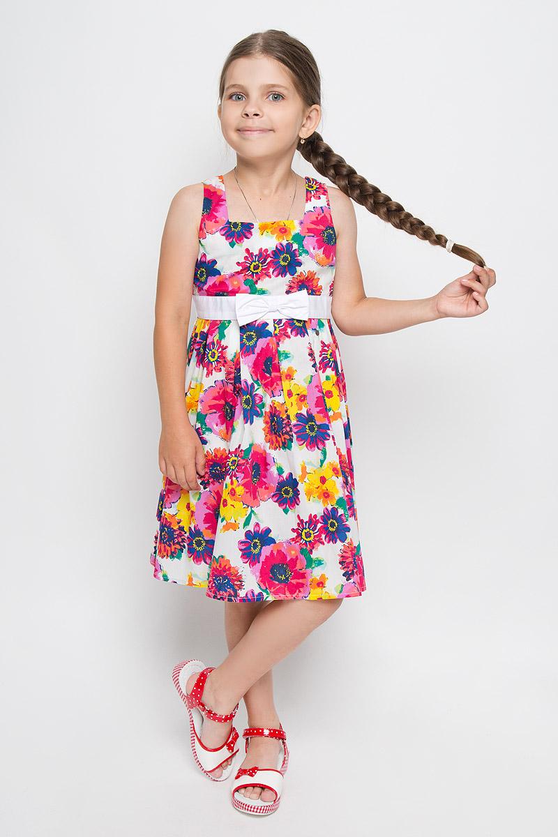 Платье для девочки Finn Flare Kids, цвет: белый, мультиколор. KS16-71013B. Размер 122, 6-7 летKS16-71013BЛегкое и красивое платье для девочки Finn Flare Kids станет ярким дополнением к гардеробу маленькой модницы. Изготовленное из натурального хлопка, оно мягкое и приятное на ощупь, не сковывает движения и хорошо пропускает воздух. Платье с квадратным вырезом горловины застегивается по спинке на пуговицы. Вшитый пояс контрастного цвета завязывается сзади на бант. От линии талии заложены складочки, придающие изделию пышность. Модель оформлена цветочным принтом, украшена бантом и маленькой металлической пластиной с названием бренда. В таком платье маленькая принцесса всегда будет в центре внимания!