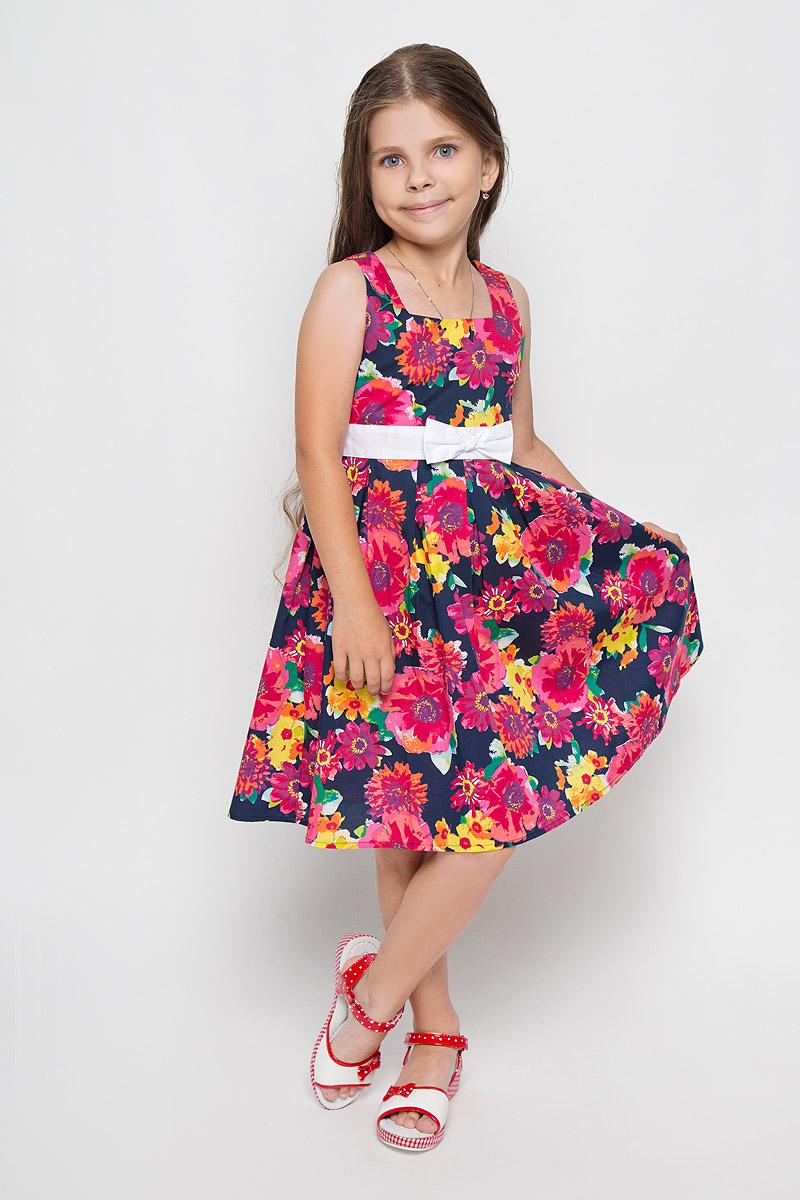 Платье для девочки Finn Flare Kids, цвет: темно-синий, мультиколор. KS16-71013B. Размер 110, 4-5 летKS16-71013BЛегкое и красивое платье для девочки Finn Flare Kids станет ярким дополнением к гардеробу маленькой модницы. Изготовленное из натурального хлопка, оно мягкое и приятное на ощупь, не сковывает движения и хорошо пропускает воздух. Платье с квадратным вырезом горловины застегивается по спинке на пуговицы. Вшитый пояс контрастного цвета завязывается сзади на бант. От линии талии заложены складочки, придающие изделию пышность. Модель оформлена цветочным принтом, украшена бантом и маленькой металлической пластиной с названием бренда. В таком платье маленькая принцесса всегда будет в центре внимания!
