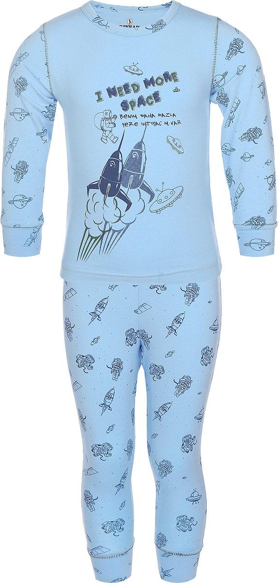 Пижама для мальчика Baykar, цвет: голубой. N9085207-22. Размер 98/104N9085207-22/N9085207A-22Пижама для мальчика Baykar, выполненная из эластичного хлопка, идеально подойдет ребенку для отдыха и сна. Материал изделия мягкий, тактильно приятный, не сковывает движения, хорошо пропускает воздух. Пижама состоит из футболки с длинным рукавом и брюк. Футболка с длинными рукавами имеет круглый вырез горловины, дополненный бейкой. На рукавах имеются широкие манжеты. Брюки имеют на талии мягкую резинку, благодаря чему они не сдавливают животик ребенка и не сползают. На брючинах предусмотрены широкие манжеты.Пижама оформлена принтом на космическую тематику и надписями, украшена декоративной прострочкой.В такой пижаме ребенок будет чувствовать себя комфортно и уютно!