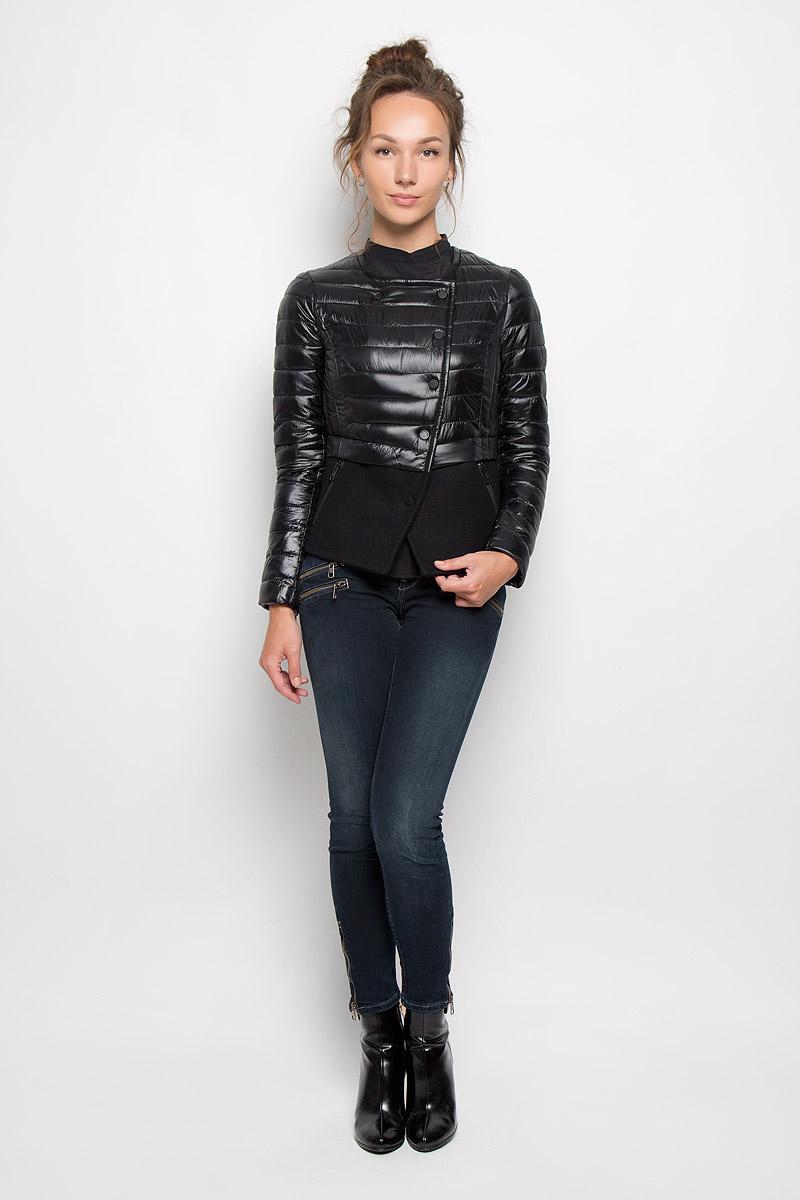 Куртка женская Calvin Klein Jeans, цвет: черный. J20J200514_9650. Размер L (48/50)20416Женская куртка Calvin Klein Jeans отлично подойдет для прохладной погоды. Верхняя часть модели выполнена из 100% нейлона, а нижняя из плотного пальтового материала. Подкладка изделия выполнена из нейлона. Куртка с круглым вырезом горловины и длинными рукавами спереди имеет асимметричную застежку на кнопки. Низ рукавов оформлен застежками-молниями. Спереди куртка дополнена двумя прорезными карманами на молниях.Очень комфортная и стильная куртка будет прекрасным выбором для повседневной носки и подчеркнет вашу индивидуальность.