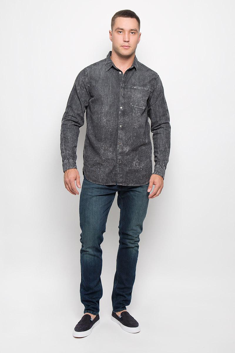 Рубашка мужская Calvin Klein Jeans, цвет: темно-серый. J30J300522_9160. Размер XL (50/52)R0216Т13Стильная мужская рубашка Calvin Klein Jeans, выполненная из натурального хлопка, подчеркнет ваш уникальный стиль и поможет создать оригинальный образ. Такой материал великолепно пропускает воздух, обеспечивая необходимую вентиляцию, а также обладает высокой гигроскопичностью. Рубашка с длинными рукавами и отложным воротником застегивается на кнопки спереди. Манжеты рукавов также застегиваются на кнопки, на груди расположен накладной карман. Рубашка оформлена оригинальным вареным узором. Классическая рубашка - превосходный вариант для базового мужского гардероба и отличное решение на каждый день.Такая рубашка будет дарить вам комфорт в течение всего дня и послужит замечательным дополнением к вашему гардеробу.