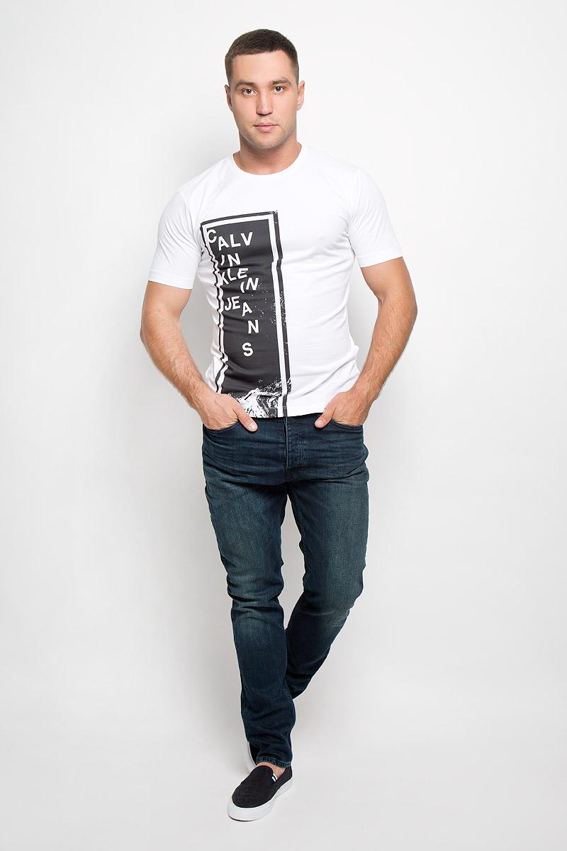 Футболка мужская Calvin Klein Jeans, цвет: белый. J30J300122_9010. Размер S (46)R0216Т14Стильная мужская футболка Calvin Klein Jeans, выполненная из эластичного хлопка, обладает высокой теплопроводностью, воздухопроницаемостью и гигроскопичностью. Она необычайно мягкая и приятная на ощупь, не сковывает движения и превосходно пропускает воздух. Такая футболка отлично подойдет как для занятия спортом, так и для повседневной носки.Модель с короткими рукавами и круглым вырезом горловины - идеальный вариант для создания модного современного образа. Футболка оформлена крупным контрастным принтом в виде прямоугольника с надписью Calvin Klein. Эта модель подарит вам комфорт в течение всего дня и послужит замечательным дополнением к вашему гардеробу.