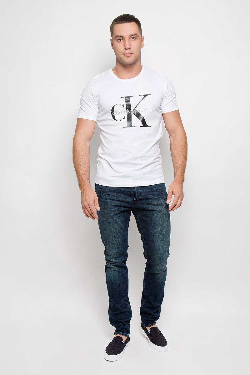 Футболка мужская Calvin Klein Jeans, цвет: белый. J3IJ302251_1120. Размер S (46)R0216Т14Стильная мужская футболка Calvin Klein Jeans, выполненная из натурального хлопка, обладает высокой теплопроводностью, воздухопроницаемостью и гигроскопичностью. Она необычайно мягкая и приятная на ощупь, не сковывает движения и превосходно пропускает воздух. Такая футболка отлично подойдет как для занятий спортом, так и для повседневной носки. Модель с короткими рукавами и круглым вырезом горловины - идеальный вариант для создания модного современного образа. Футболка оформлена крупным контрастным принтом с логотипом Calvin Klein. Эта модель подарит вам комфорт в течение всего дня и послужит замечательным дополнением к вашему гардеробу.