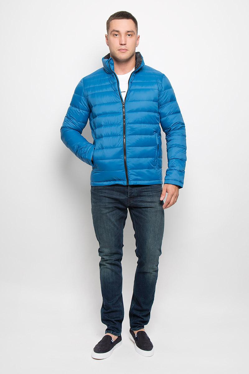 Куртка мужская Calvin Klein Jeans, цвет: темно-голубой. J30J300667_4880. Размер L (48/50)R0216Т13Стильная мужская куртка Calvin Klein Jeans превосходно подойдет для прохладных дней. Куртка выполнена из нейлона, отлично защищает от дождя и ветра, а подкладка на основе пуха с добавлением пера превосходно сохраняет тепло. Модель с длинными рукавами и воротником-стойкой застегивается на застежку-молнию спереди. Изделие дополнено двумя втачными карманами на молниях и одним вместительным внутренним карманом-чехлом, в который при необходимости можно уложить саму куртку. Для удобства транспортировки карман-чехол дополнен петлей на запястье. Куртка оформлена стегаными полосками.Эта модная и в то же время комфортная куртка согреет вас в прохладное время года и отлично подойдет как для прогулок, так и для занятия спортом.