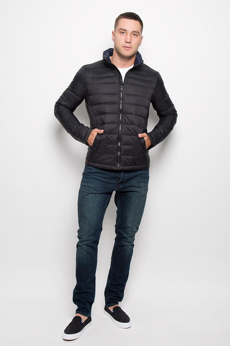Куртка мужская Calvin Klein Jeans, цвет: черный. J30J300667_9650. Размер L (50/52)J30J300667_9650Стильная мужская куртка Calvin Klein Jeans превосходно подойдет для прохладных дней. Куртка выполнена из нейлона, отлично защищает от дождя и ветра, а подкладка на основе пуха с добавлением пера превосходно сохраняет тепло. Модель с длинными рукавами и воротником-стойкой застегивается на застежку-молнию спереди. Изделие дополнено двумя втачными карманами на молниях и одним вместительным внутренним карманом-чехлом, в который при необходимости можно уложить саму куртку. Для удобства транспортировки карман-чехол дополнен петлей на запястье. Куртка оформлена стегаными полосками.Эта модная и в то же время комфортная куртка согреет вас в прохладное время года и отлично подойдет как для прогулок, так и для занятия спортом.